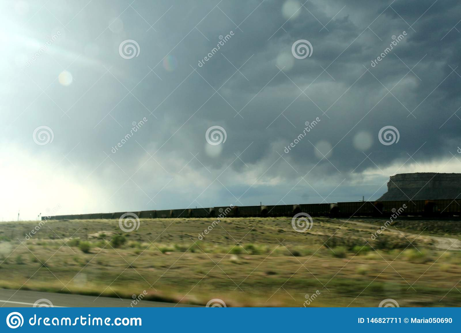 Μακρύ τραίνο που συναγωνίζεται στην κατάσταση του Κολοράντο στη βροχή ?
