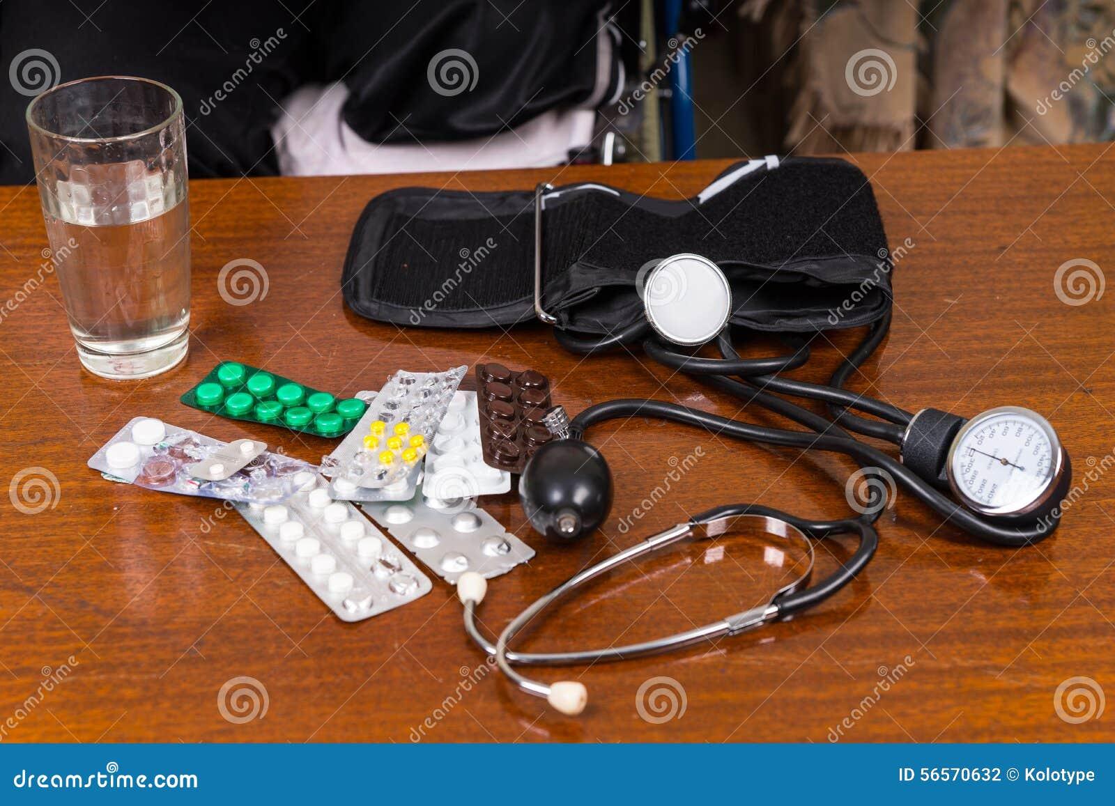 Download Μανσέτα πίεσης του αίματος στον πίνακα με τα φάρμακα Στοκ Εικόνες - εικόνα από σπίτι, πακέτο: 56570632