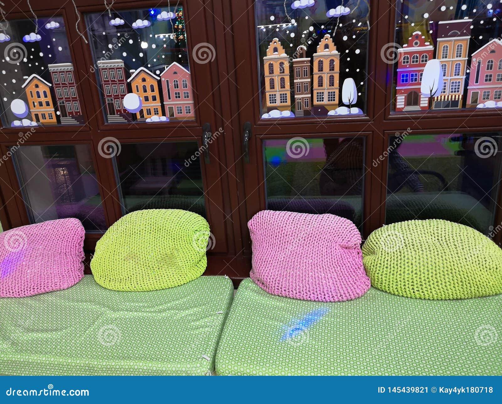 Μαξιλάρια στο windowsill Τοποθετημένος στο windowsill