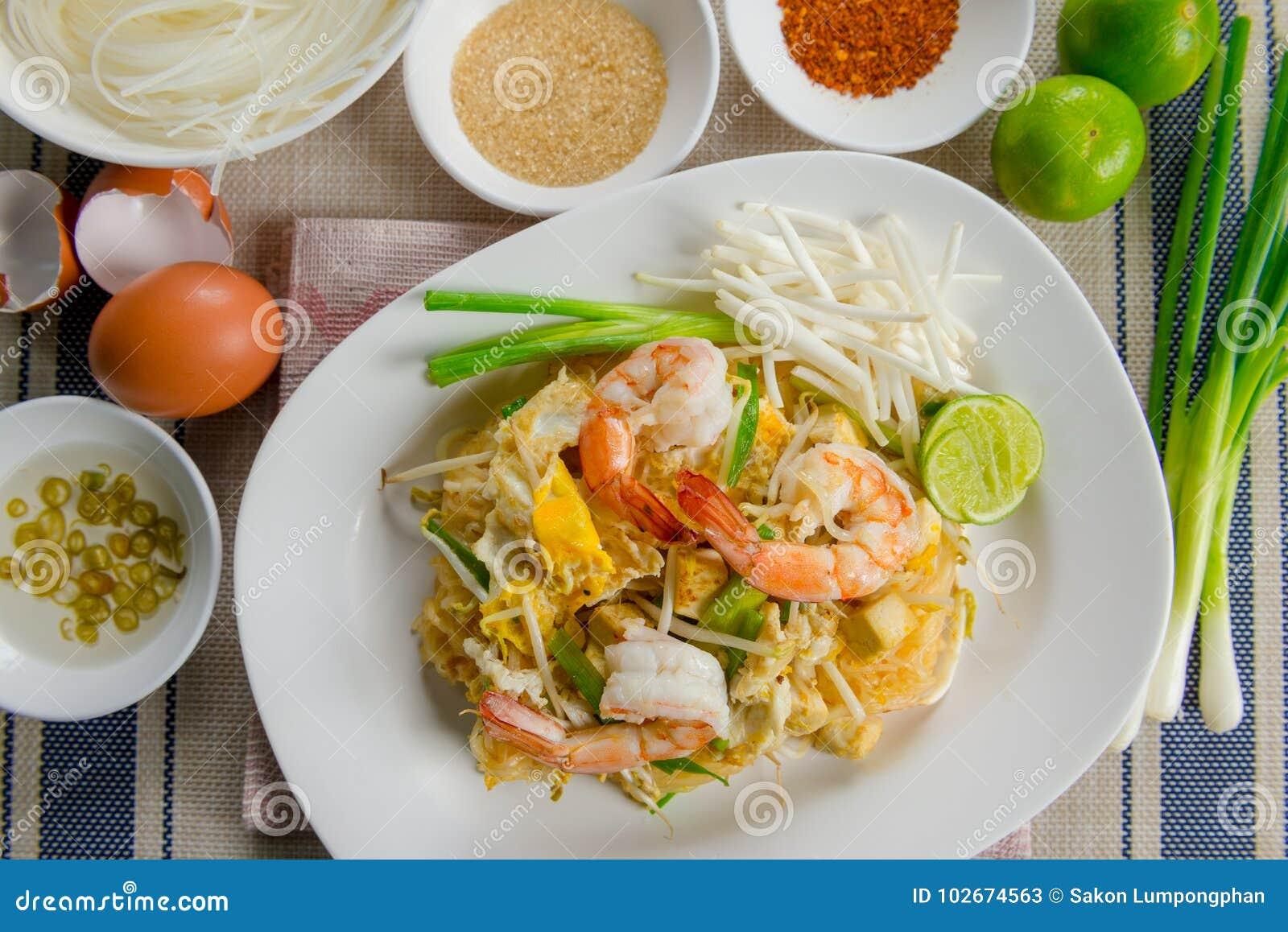 Μαξιλαριών ταϊλανδικά ραβδιά ρυζιού Goong τηγανισμένα γρασίδι με τις γαρίδες