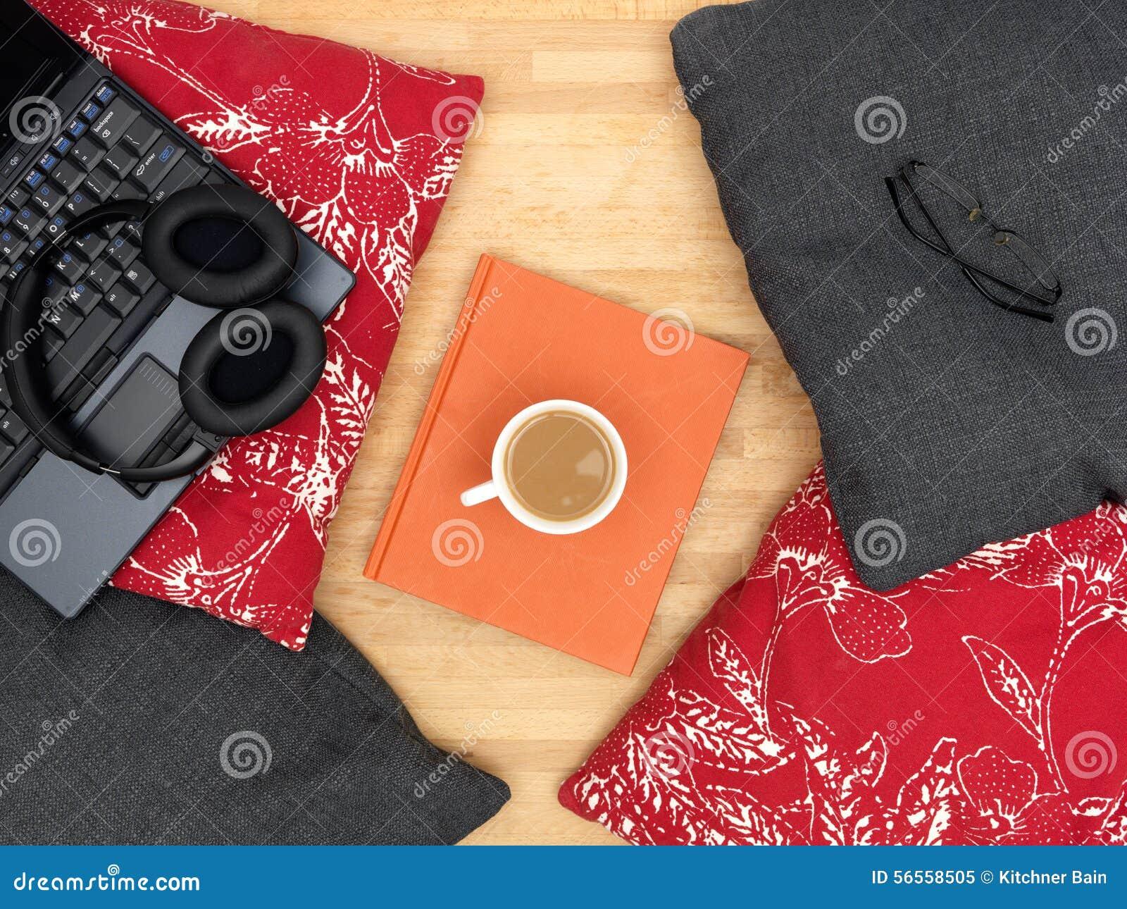 Download Μαξιλάρια καναπέδων στοκ εικόνα. εικόνα από ύφασμα, κομψός - 56558505