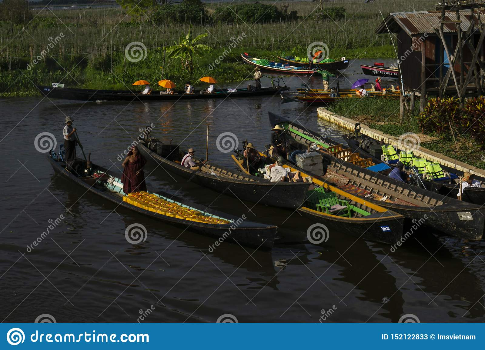 Μαρίνα στη λίμνη Inle στο Μιανμάρ