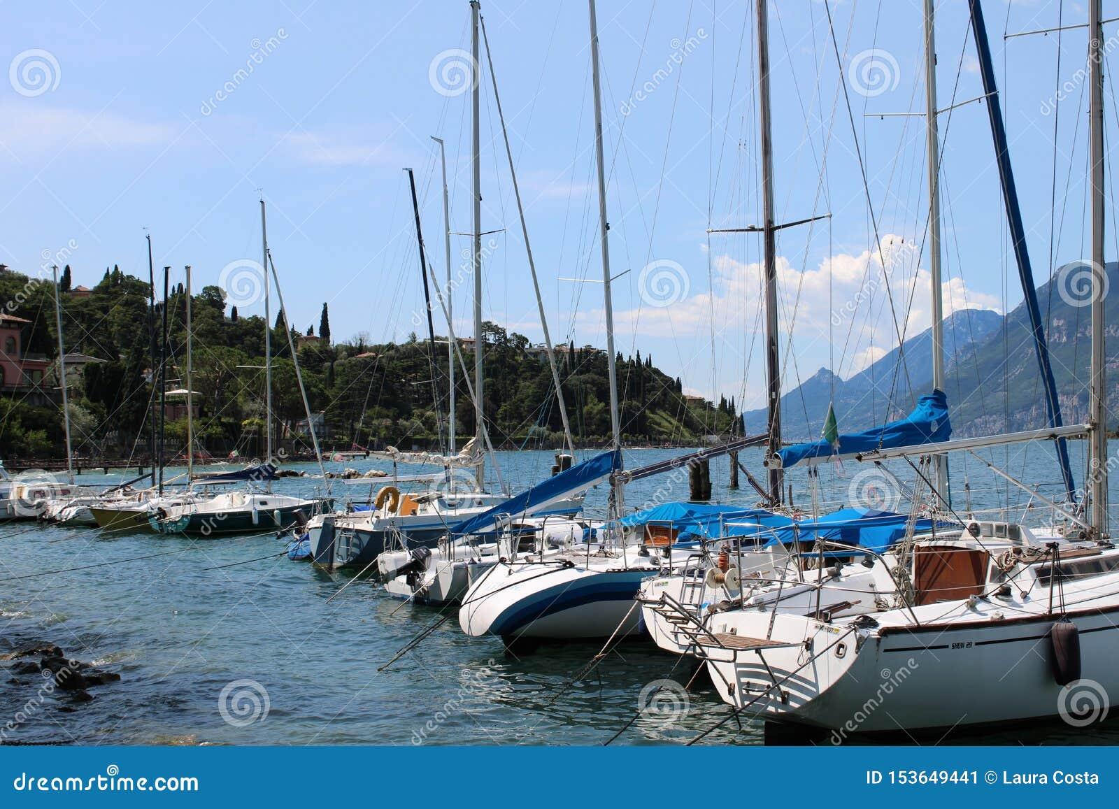 Μαρίνα στη λίμνη Malcesine Garda με τα βουνά στο υπόβαθρο