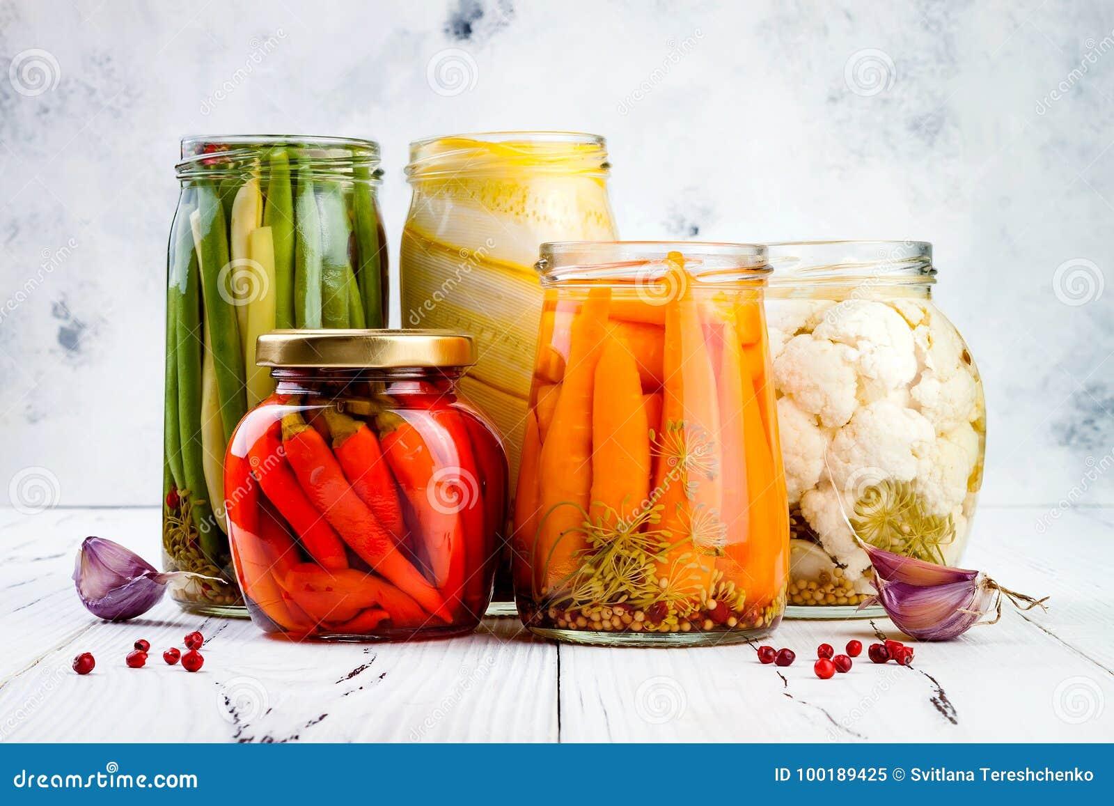 Μαριναρισμένη ποικιλία τουρσιών που συντηρεί τα βάζα Σπιτικά πράσινα φασόλια, κολοκύνθη, κουνουπίδι, καρότα, κόκκινα τουρσιά πιπε