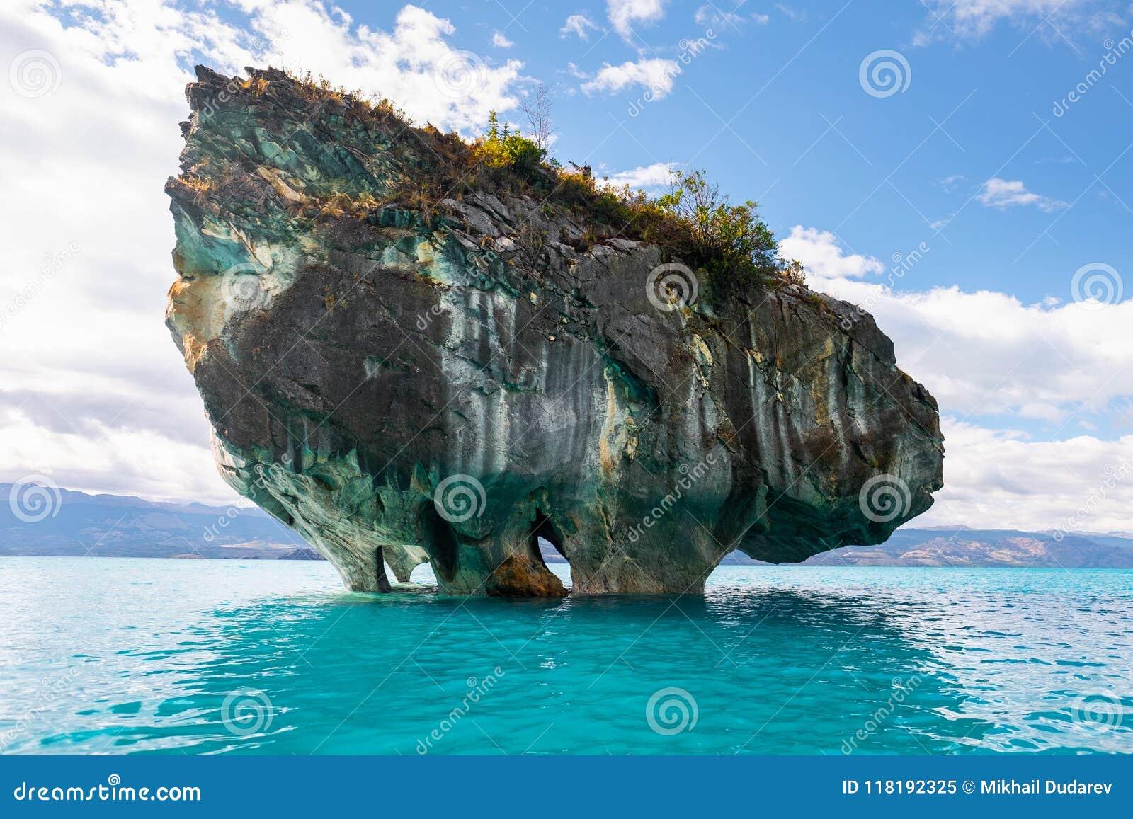 Μαρμάρινος βράχος στη λίμνη του στρατηγού Carrera