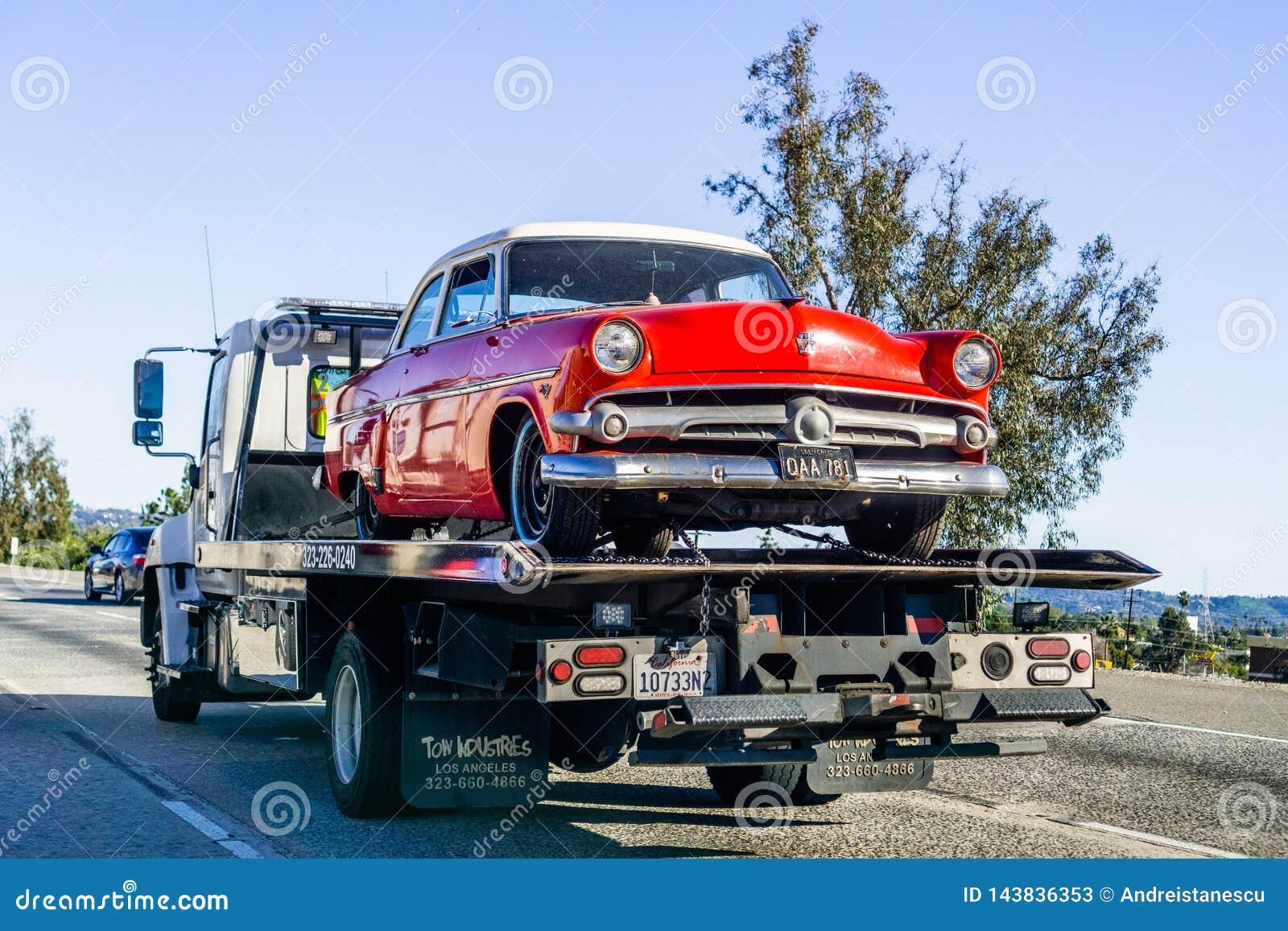 16 Μαρτίου 2019 Λος Άντζελες/ασβέστιο/ΗΠΑ - φορτηγό που φέρνει ένα εκλεκτής ποιότητας αυτοκίνητο της Ford στην εθνική οδό