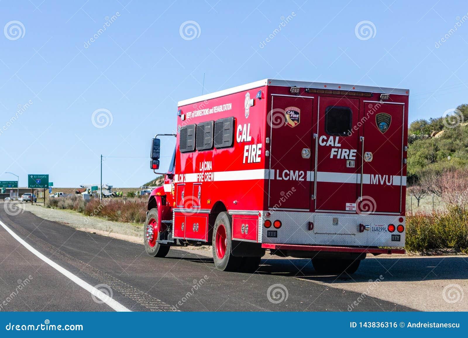 19 Μαρτίου 2019 Σαν Ντιέγκο/ασβέστιο/ΗΠΑ - πυροσβεστική αντλία που σταθμεύουν στην πλευρά του δρόμου