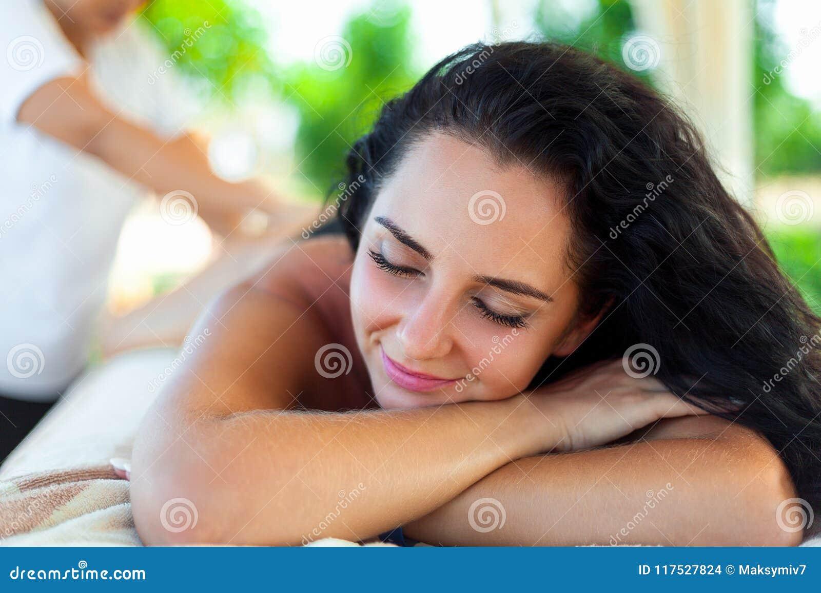 Μασάζ SPA για τη γυναίκα Θεράπων που τρίβει το θηλυκό σώμα με Arom