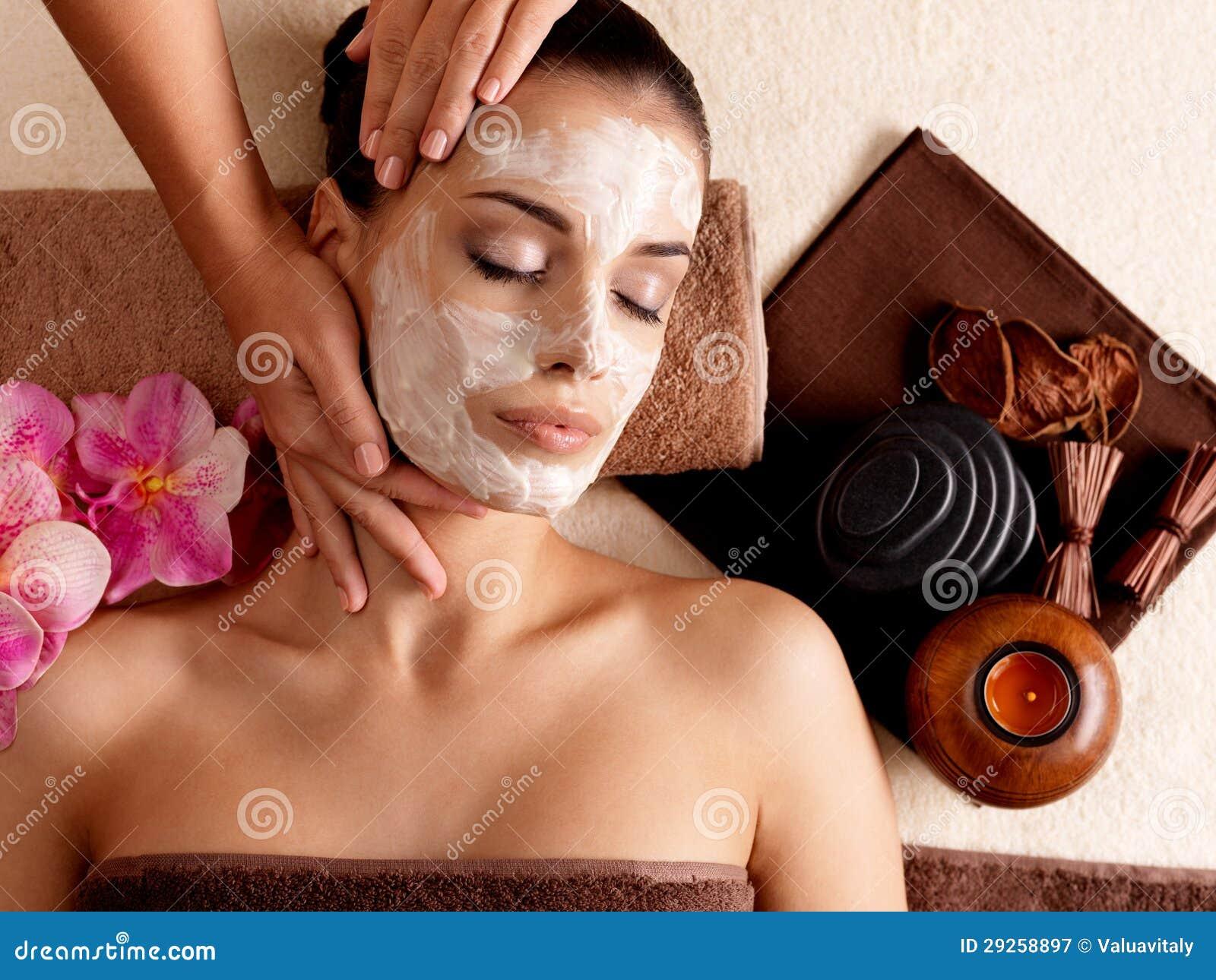 Μασάζ SPA για τη γυναίκα με την του προσώπου μάσκα στο πρόσωπο