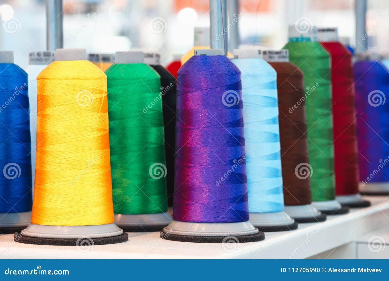 Μασούρια με το χρωματισμένο νήμα για τις βιομηχανικές υφαντικές μηχανές