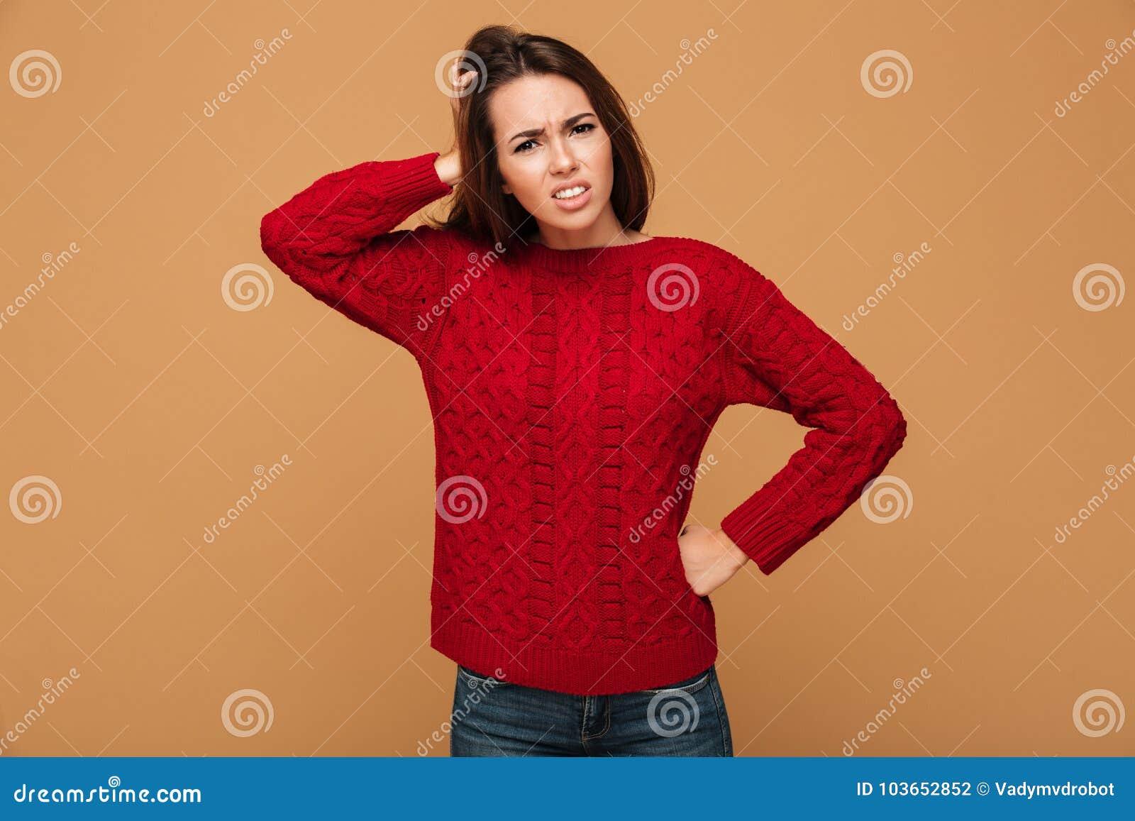 c9060b96ebe0 Ματαιωμένη νέα γυναίκα brunette στο κόκκινο πλεκτό πουλόβερ με το χέρι