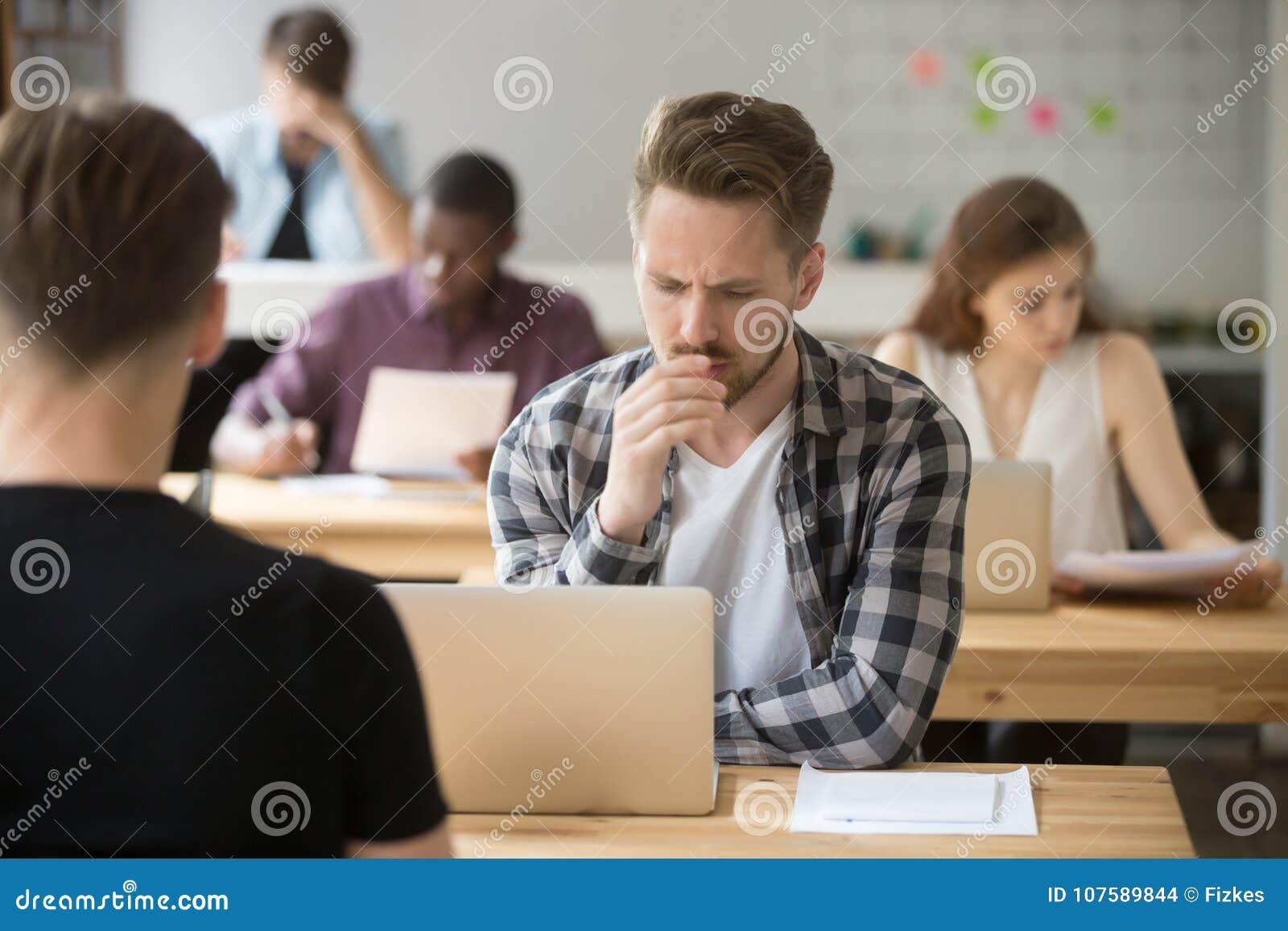 Ματαιωμένος επιχειρηματίας που εργάζεται στο lap-top στην ομο-εργασία, σκέψη