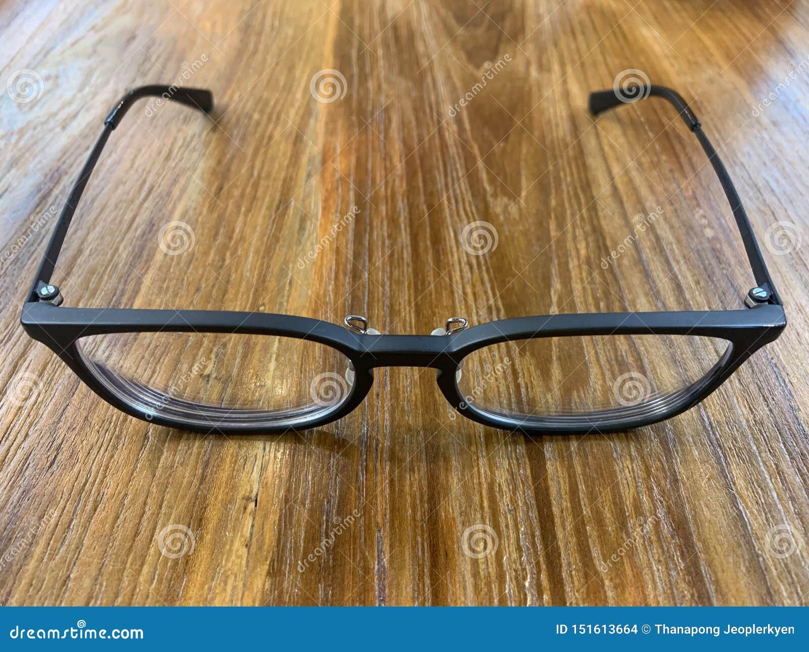Μαύρα γυαλιά στο επιτραπέζιο υπόβαθρο