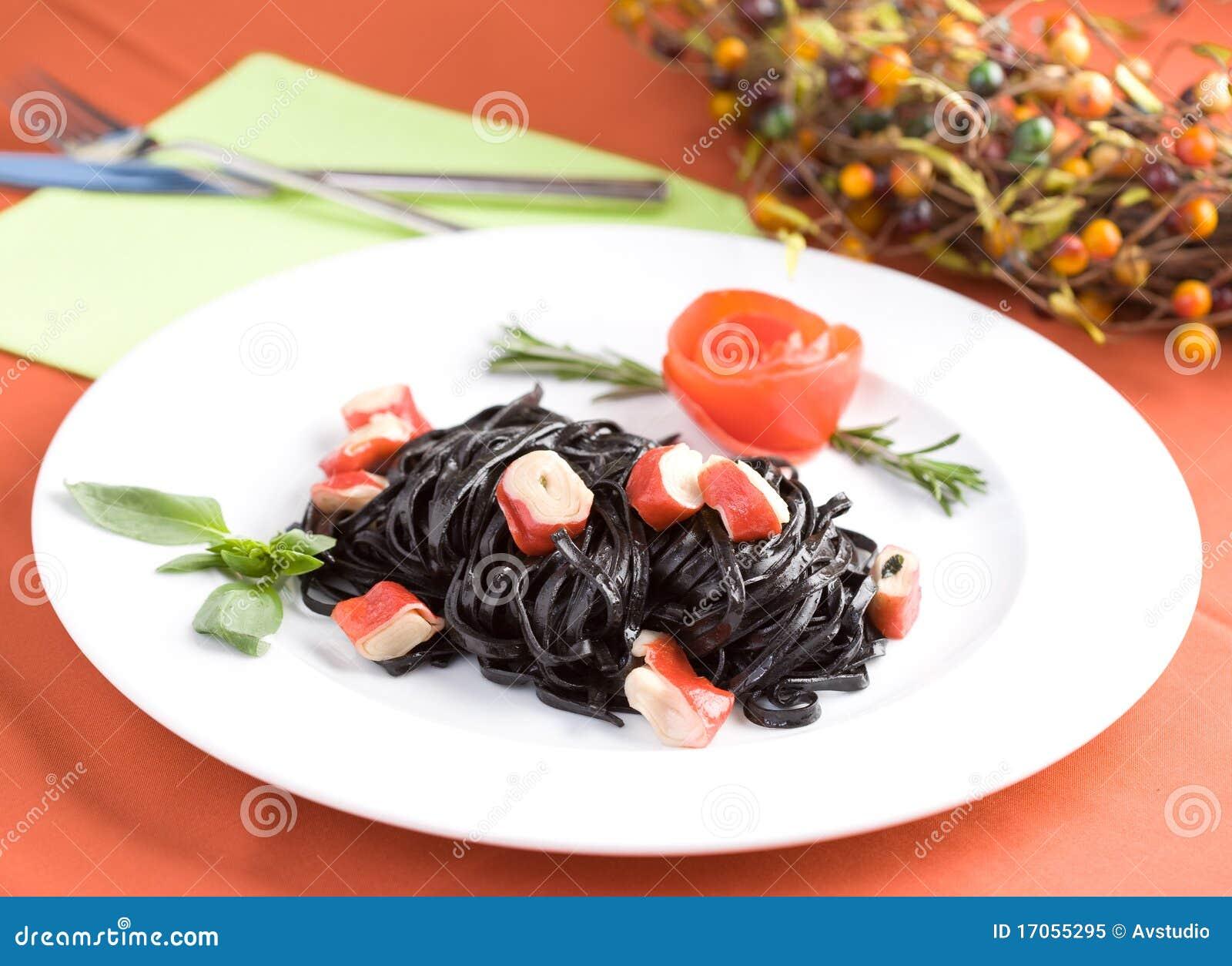 Μαύρα ζυμαρικά tagliatelle με τους κύβους καβουριών