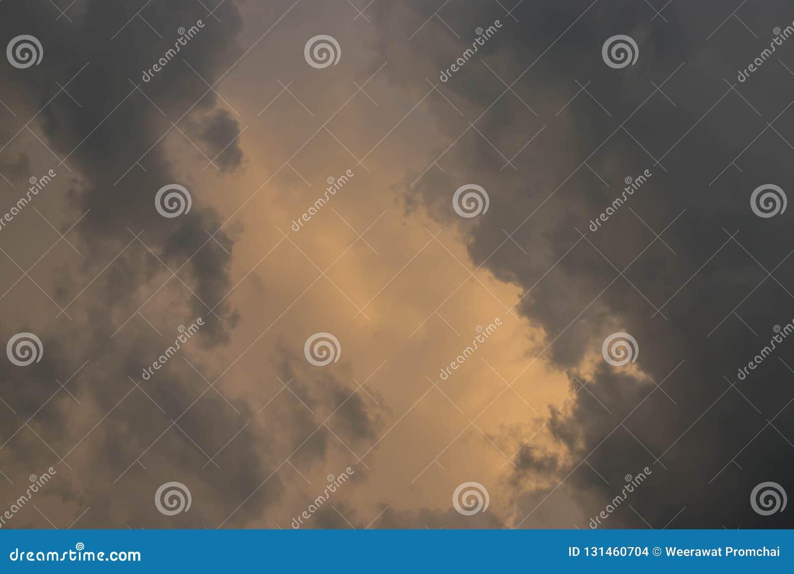 Μαύρα σύννεφα και σκοτεινός ουρανός