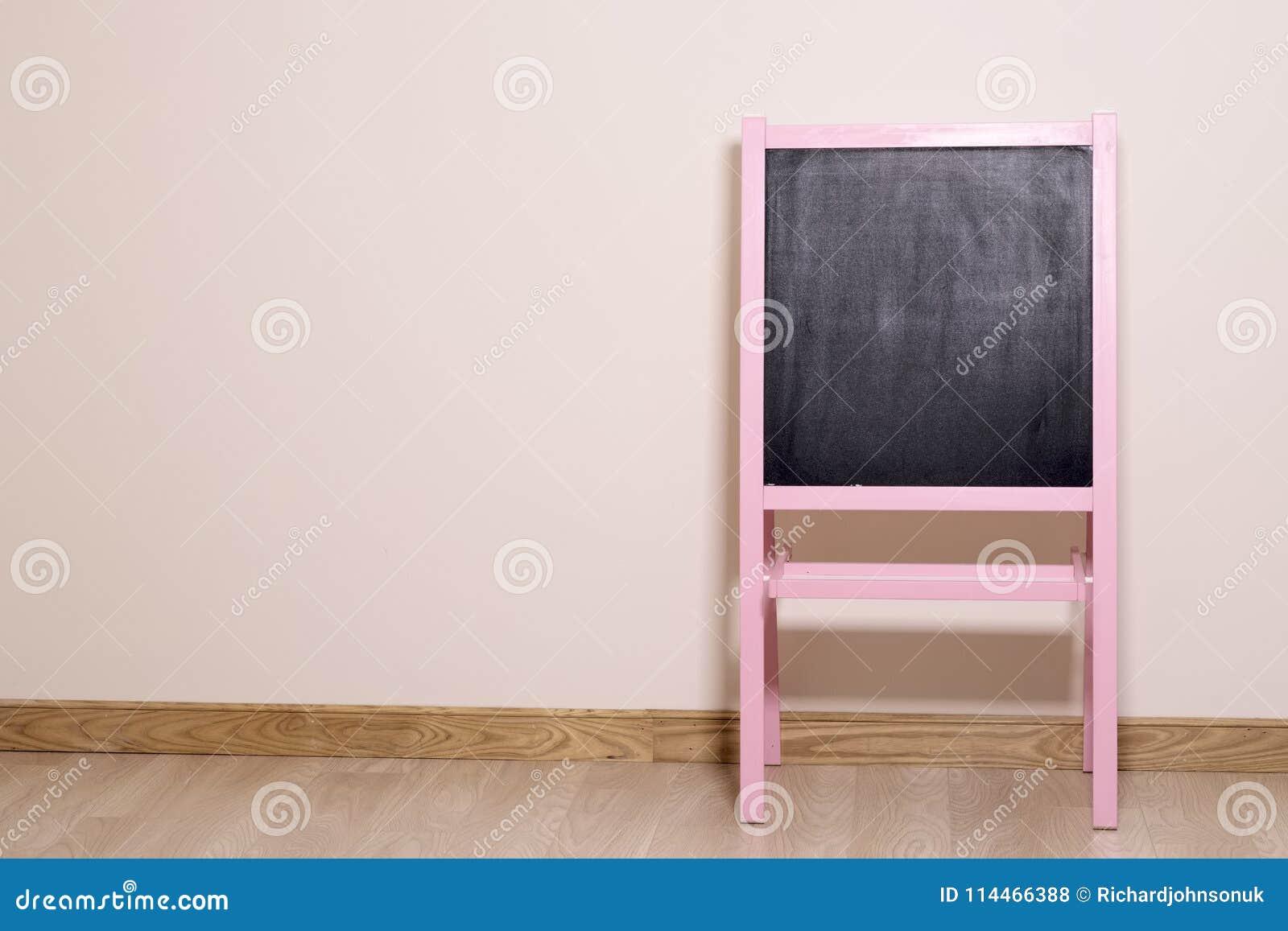 Μαύρη άσπρη διαφήμιση πινάκων σχολικών τάξεων κατηγορίας δωματίων στο ρόδινο ξύλινο μήνυμα υποβάθρου πλαισίων εκλεκτής ποιότητας