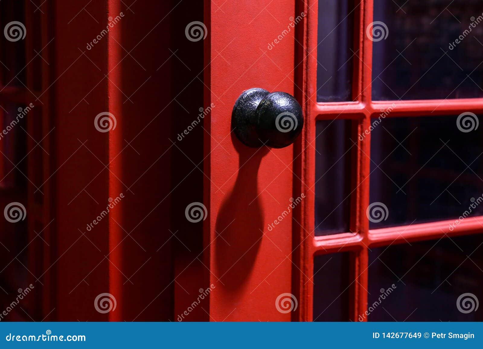 Μαύρη λαβή πορτών στον αγγλικό τηλεφωνικό θάλαμο