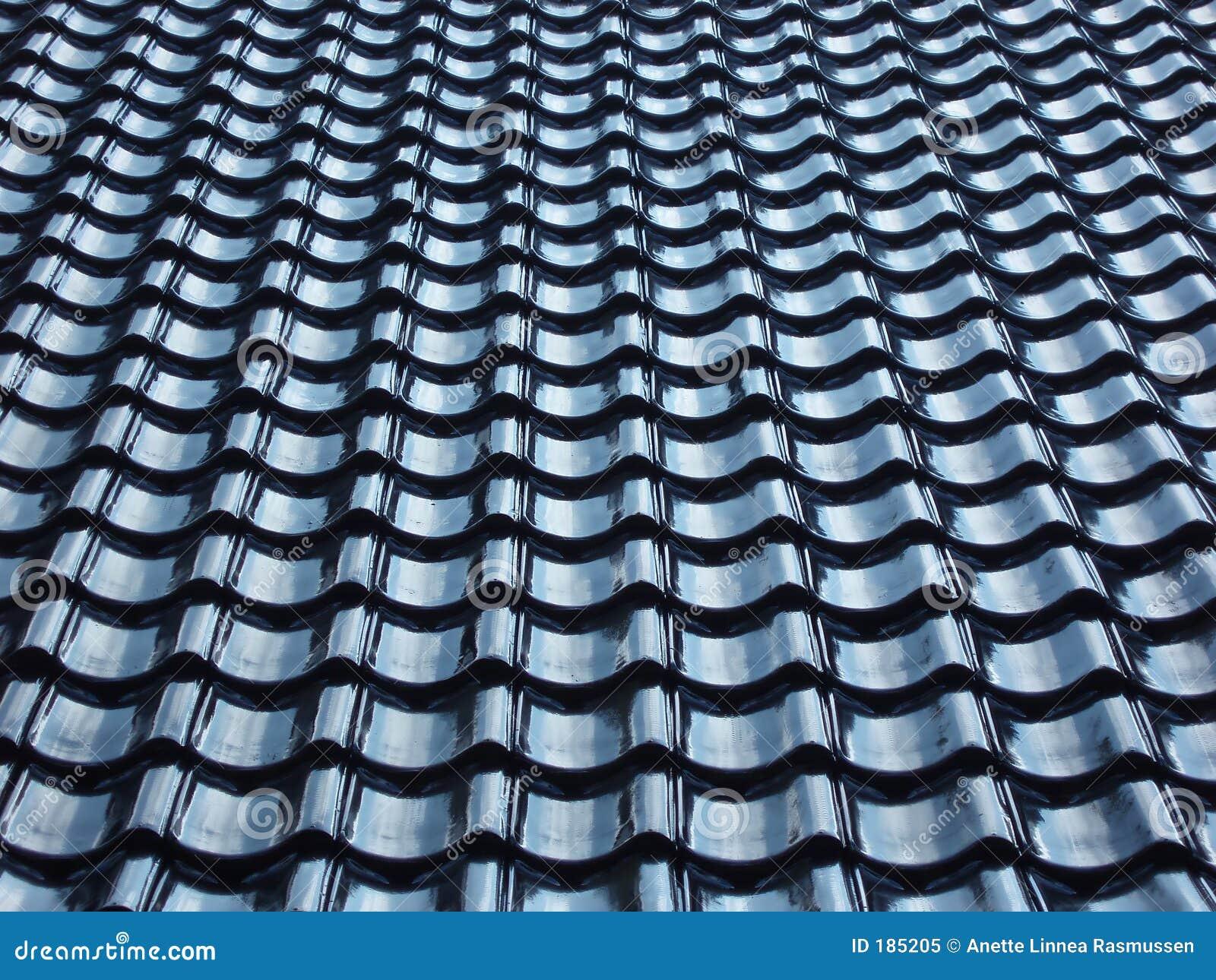 μαύρη στέγη προτύπων που κεραμώνεται