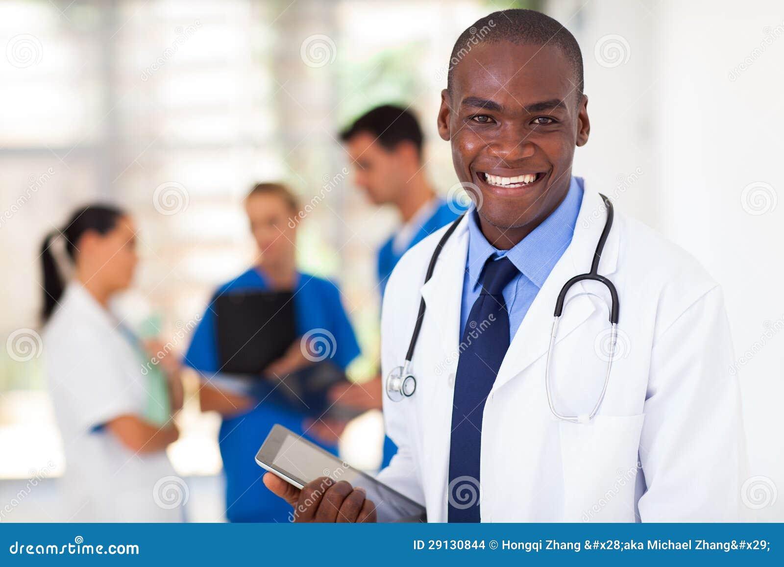 Μαύρος εργαζόμενος υγειονομικής περίθαλψης