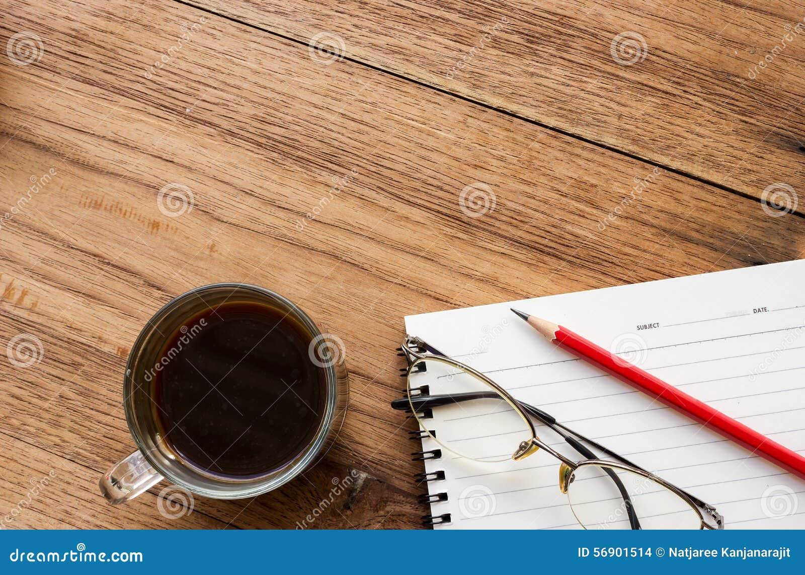 Μαύρος καφές, γυαλιά ματιών και σημειωματάριο