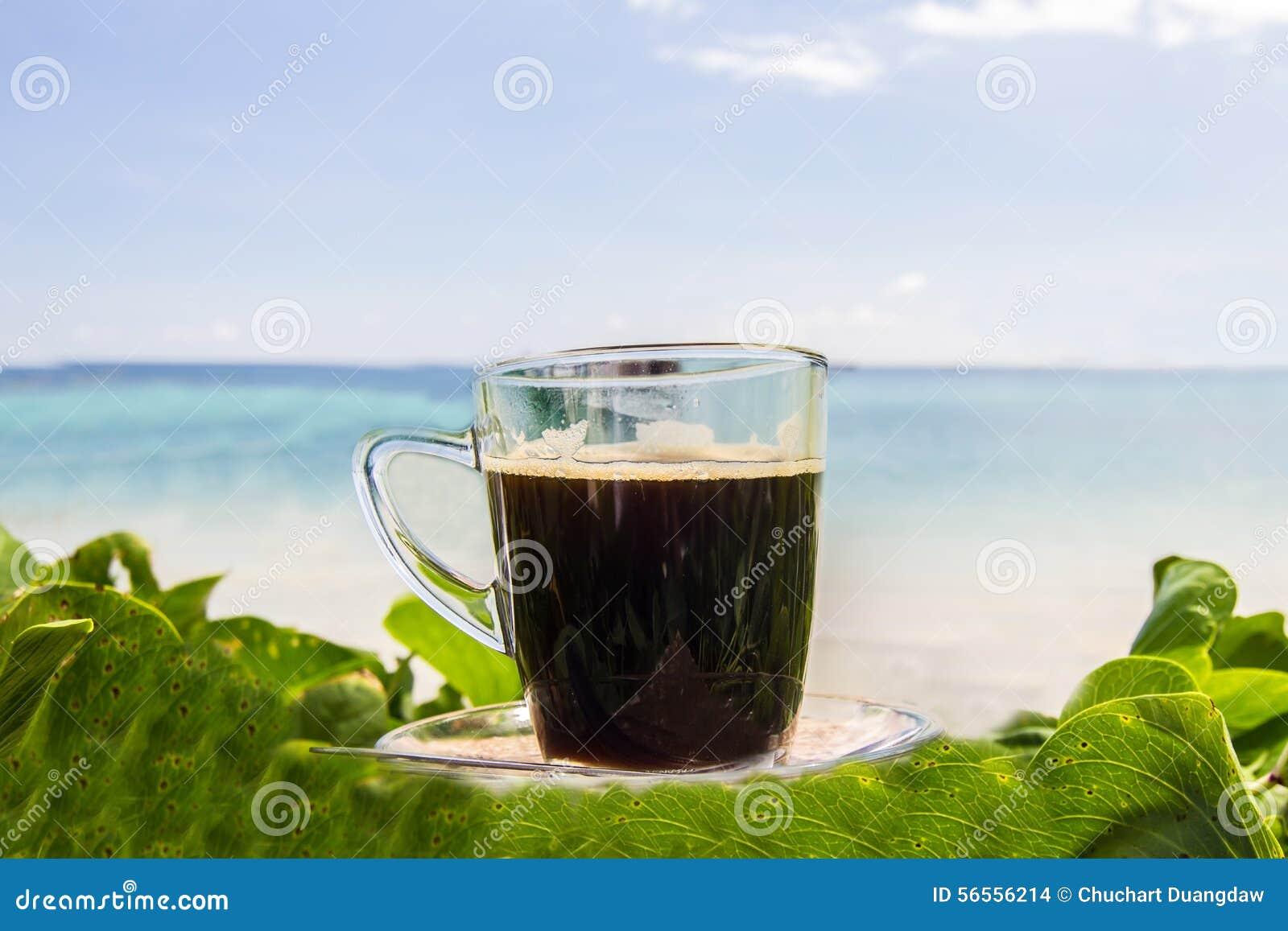 Download Μαύρος καφές με την άποψη σχετικά με την παραλία και το μπλε ουρανό Στοκ Εικόνες - εικόνα από ζωή, βακκινίων: 56556214