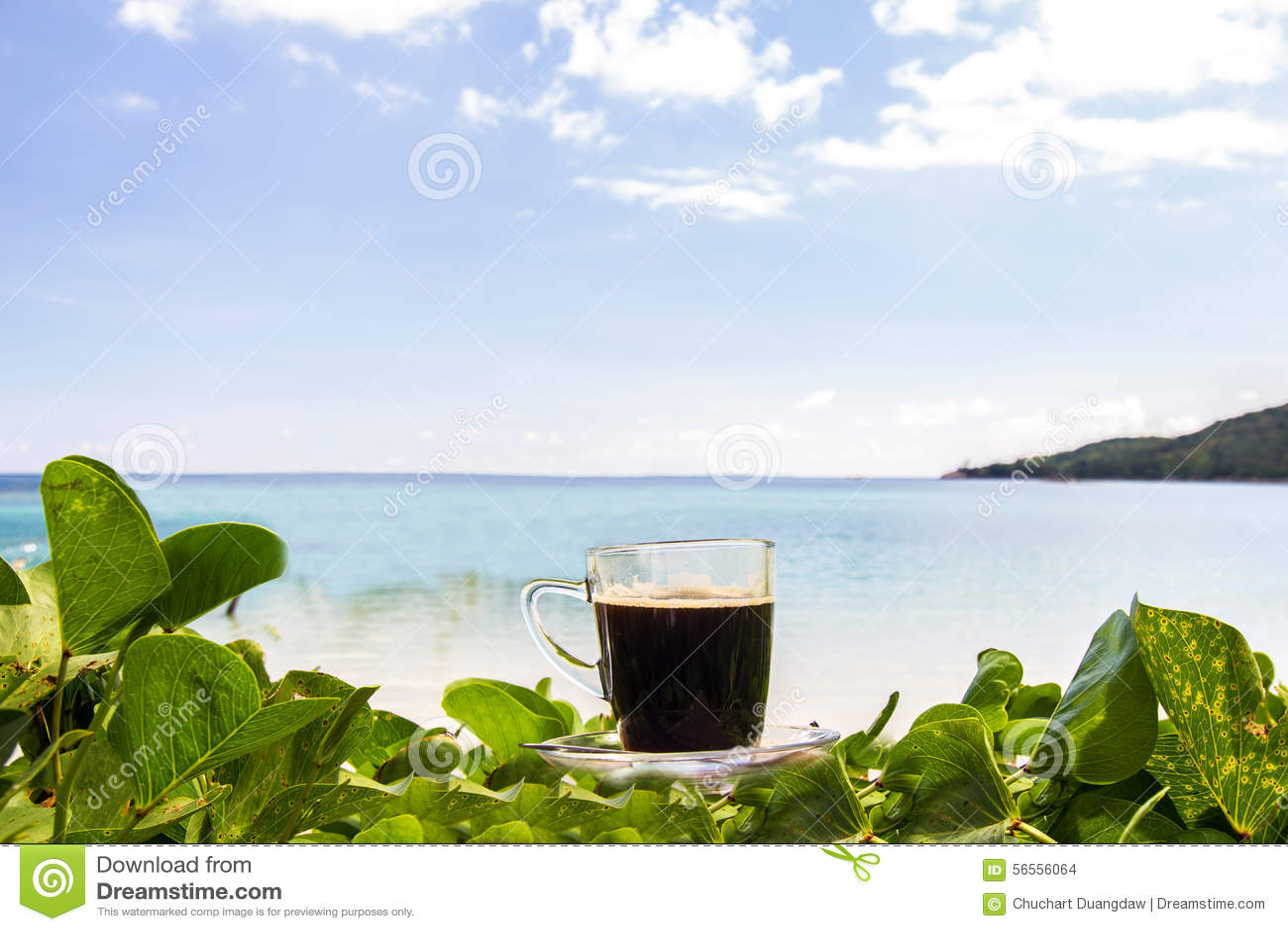 Download Μαύρος καφές με τις απόψεις σχετικά με την παραλία και το μπλε ουρανό Στοκ Εικόνες - εικόνα από ποτό, ηλιοβασίλεμα: 56556064