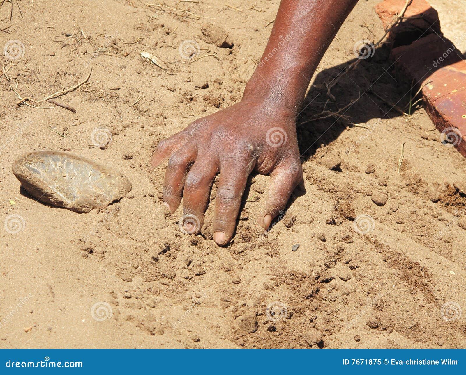 μαύρο αμμώδες χώμα χεριών