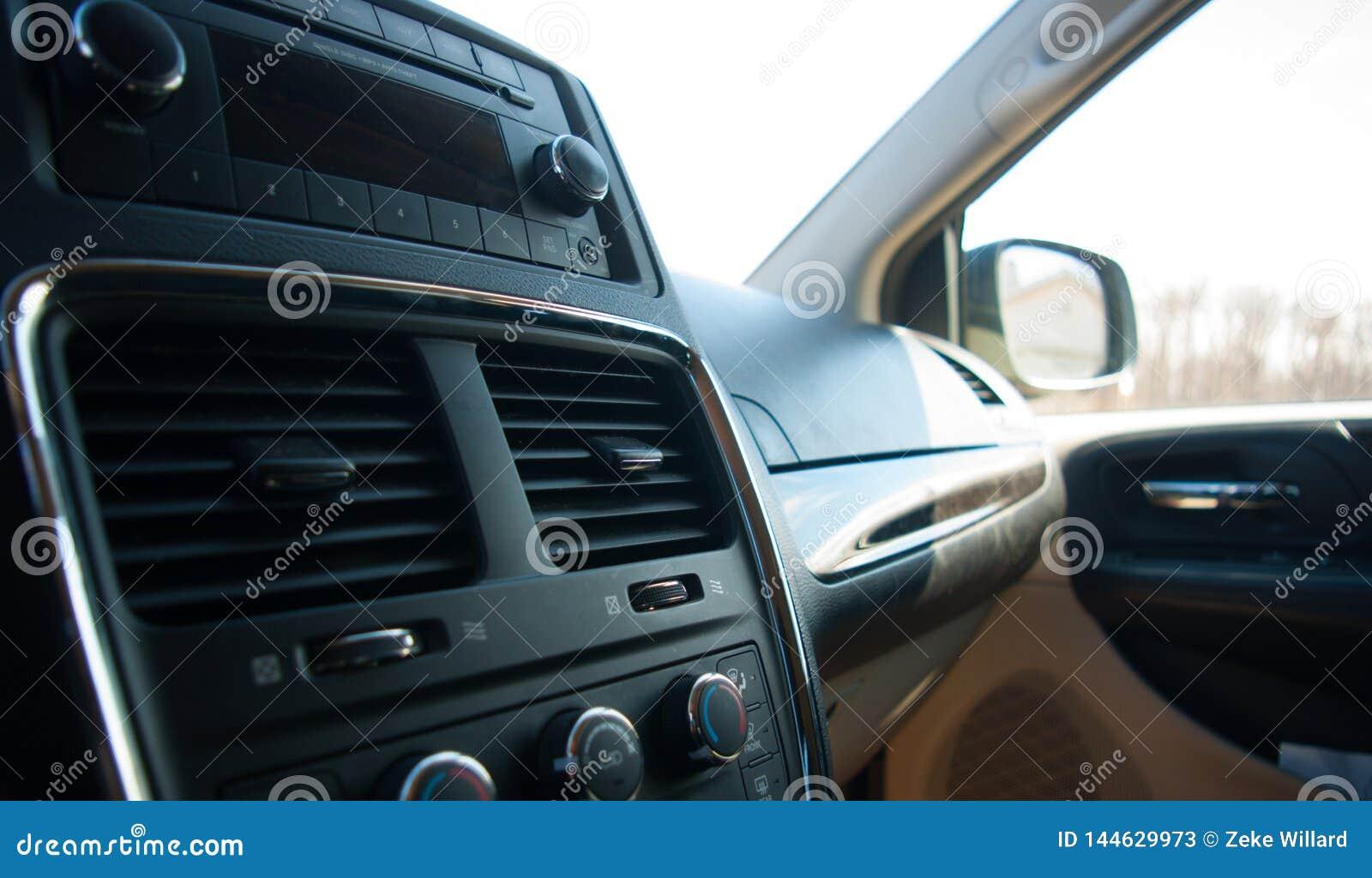 Μαύρο εσωτερικό αυτοκινήτων με το διαμέρισμα ραδιοφώνων και γαντιών