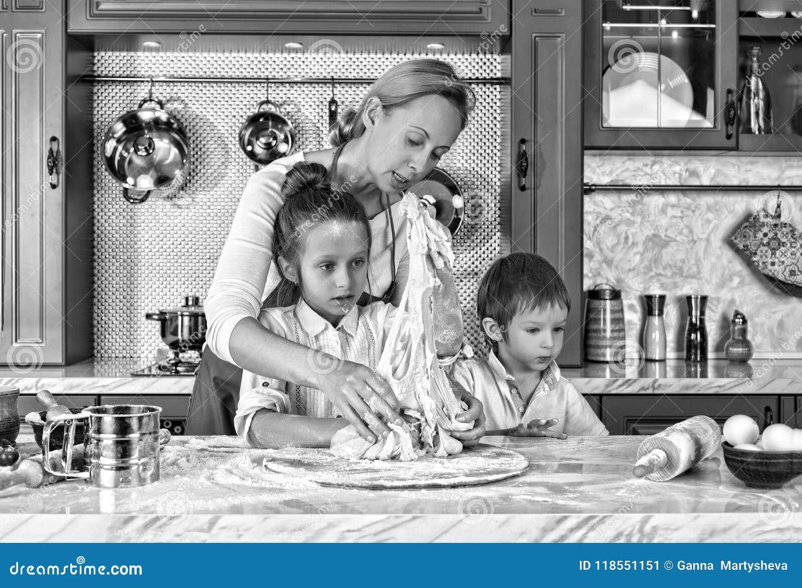 μαύρο λευκό μητέρα s ημέρας μητέρα, μαγείρεμα, ζύμη, προετοιμασία, ψήσιμο, παιδιά στο σπίτι, κουζίνα διασκέδαση πατέρων παιδιών π