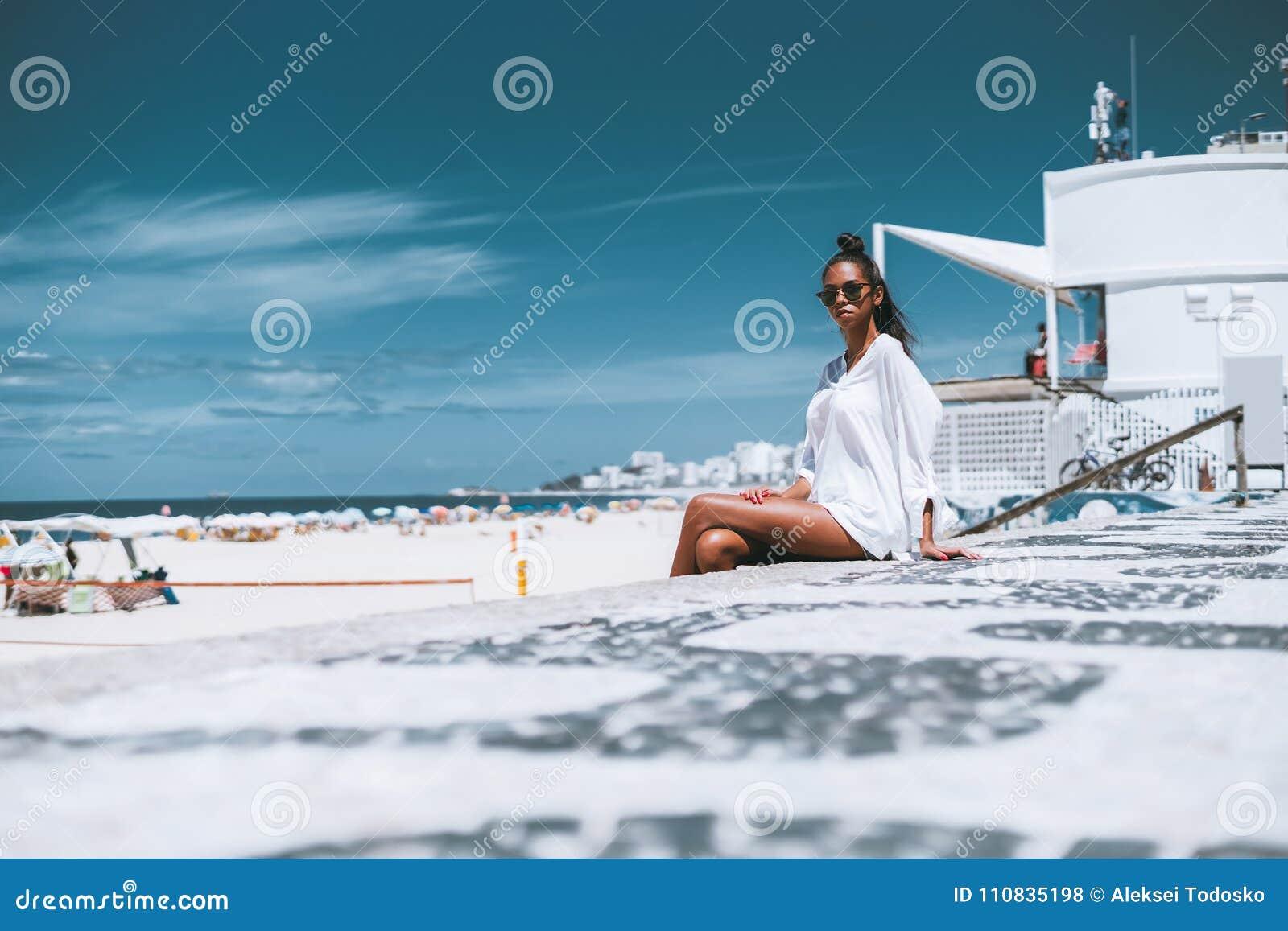 5438545521 Μαύρο νέο θηλυκό στα γυαλιά ηλίου κοντά στην παραλία. Download preview