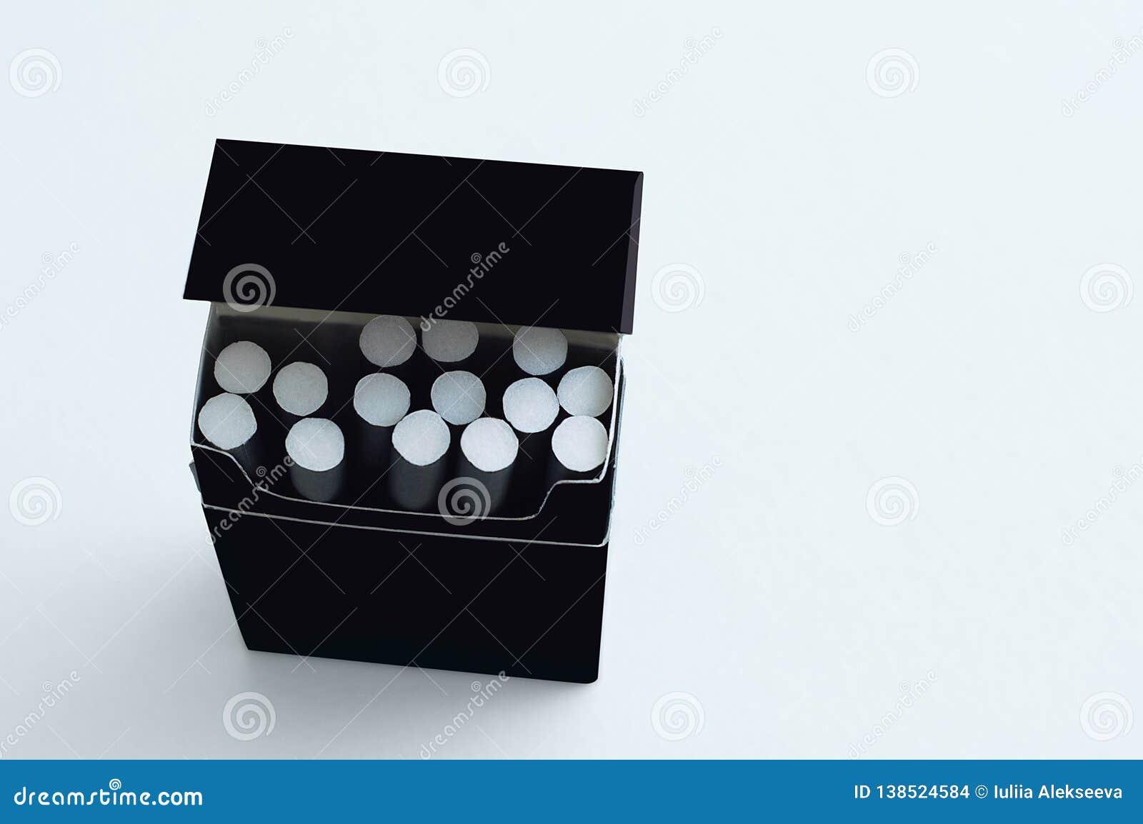 μαύρο πακέτο με τις δαπάνες τσιγάρων σε ένα άσπρο υπόβαθρο