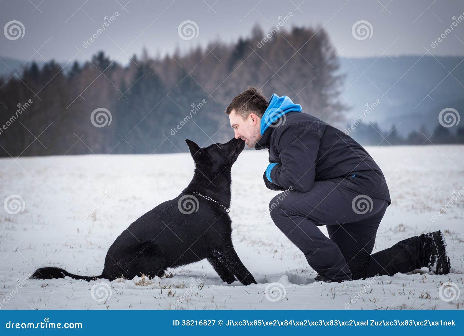 Μαύρο σκυλί με τον ιδιοκτήτη του