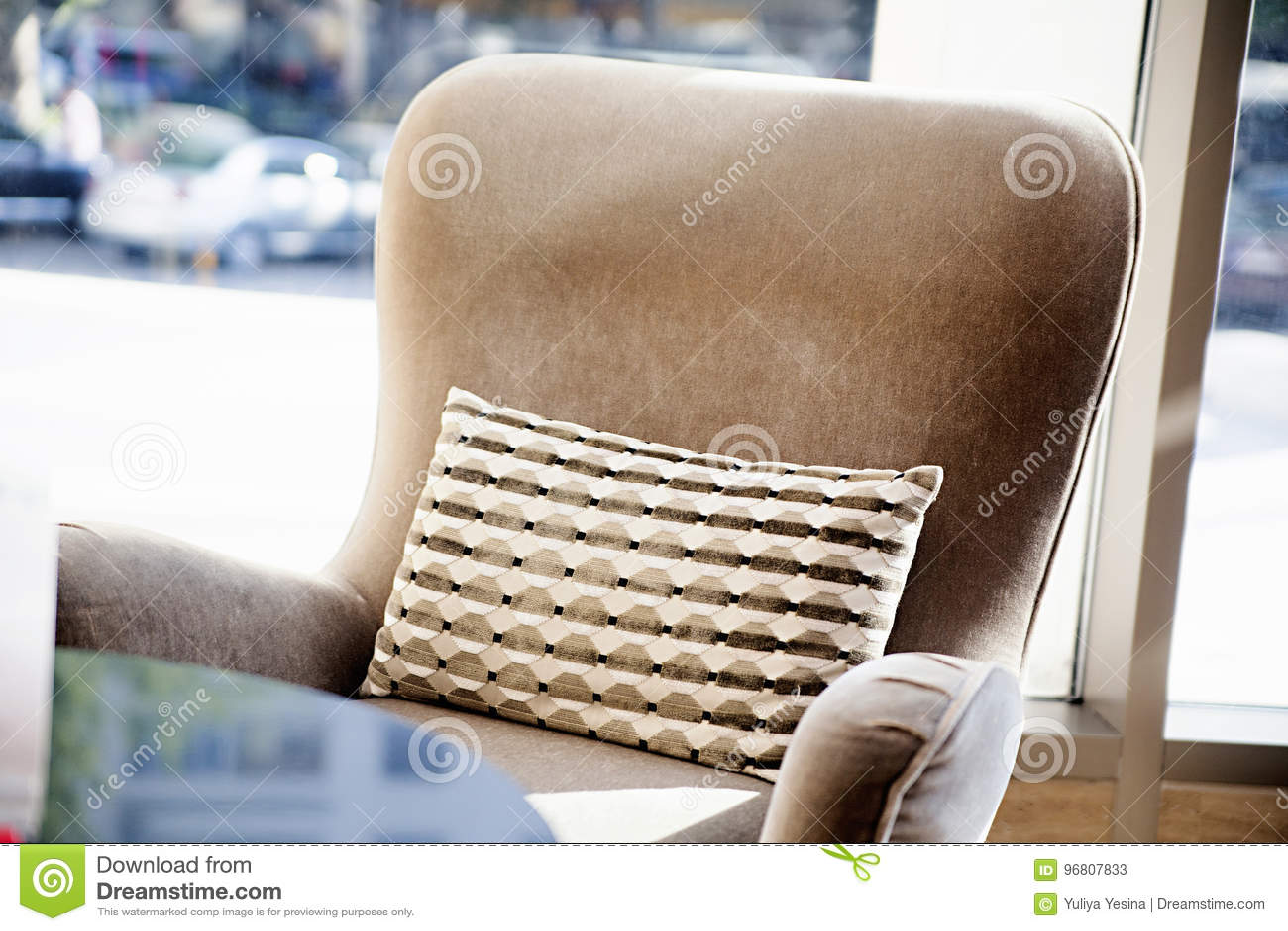ef057e215130 Μαλακή πολυθρόνα κοντά στον πίνακα Στοκ Εικόνα - εικόνα από ...