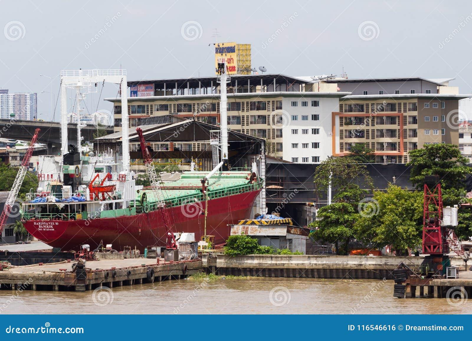 Μεγάλη θαλάσσια βάρκα φορτίου στο στάδιο της επισκευής στο ναυπηγείο