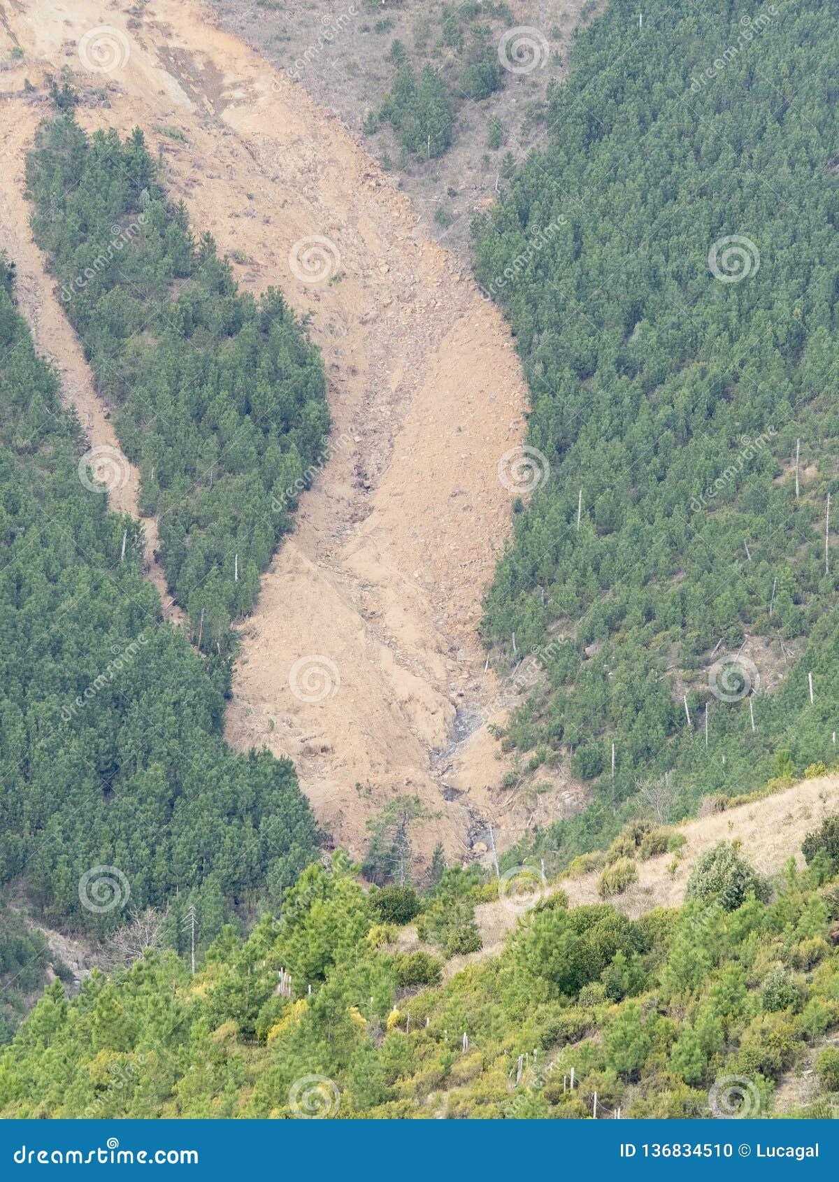 Μεγάλη καθίζηση εδάφους στην πλευρά ενός βουνού: εδαφολογική διάβρωση