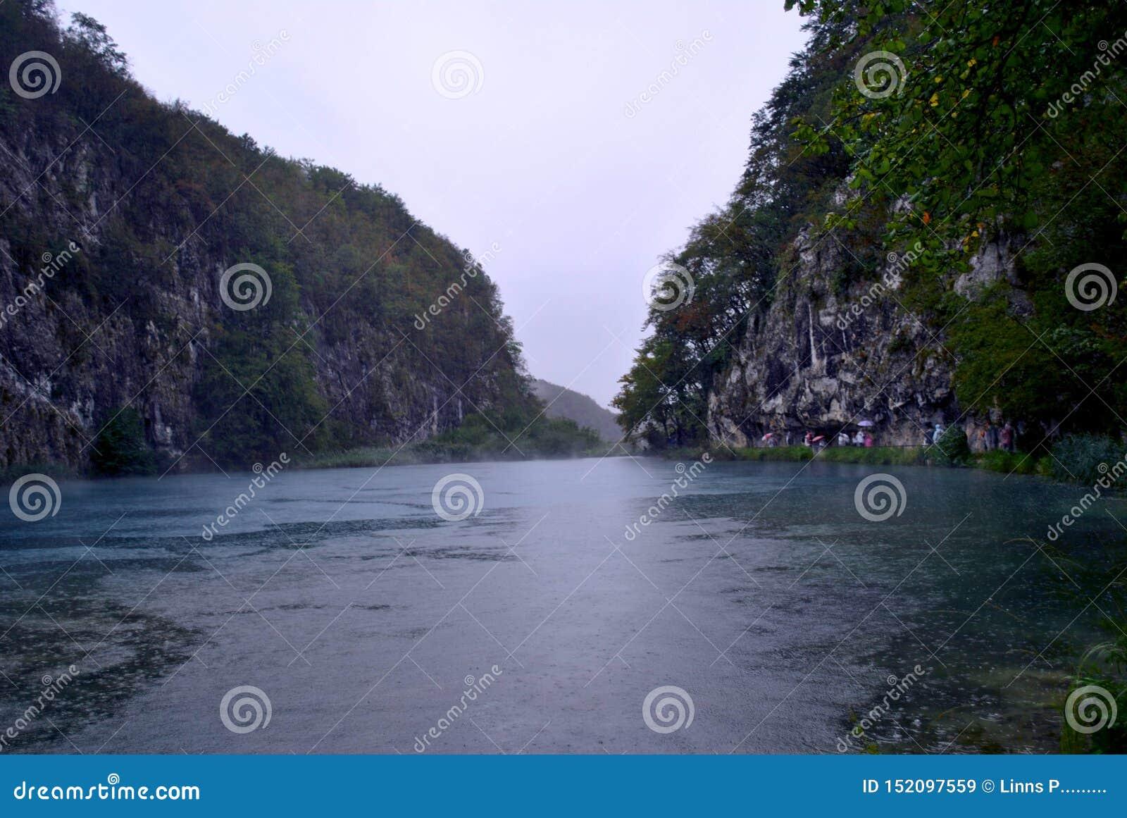 Μεγάλη λίμνη μεταξύ των βράχων