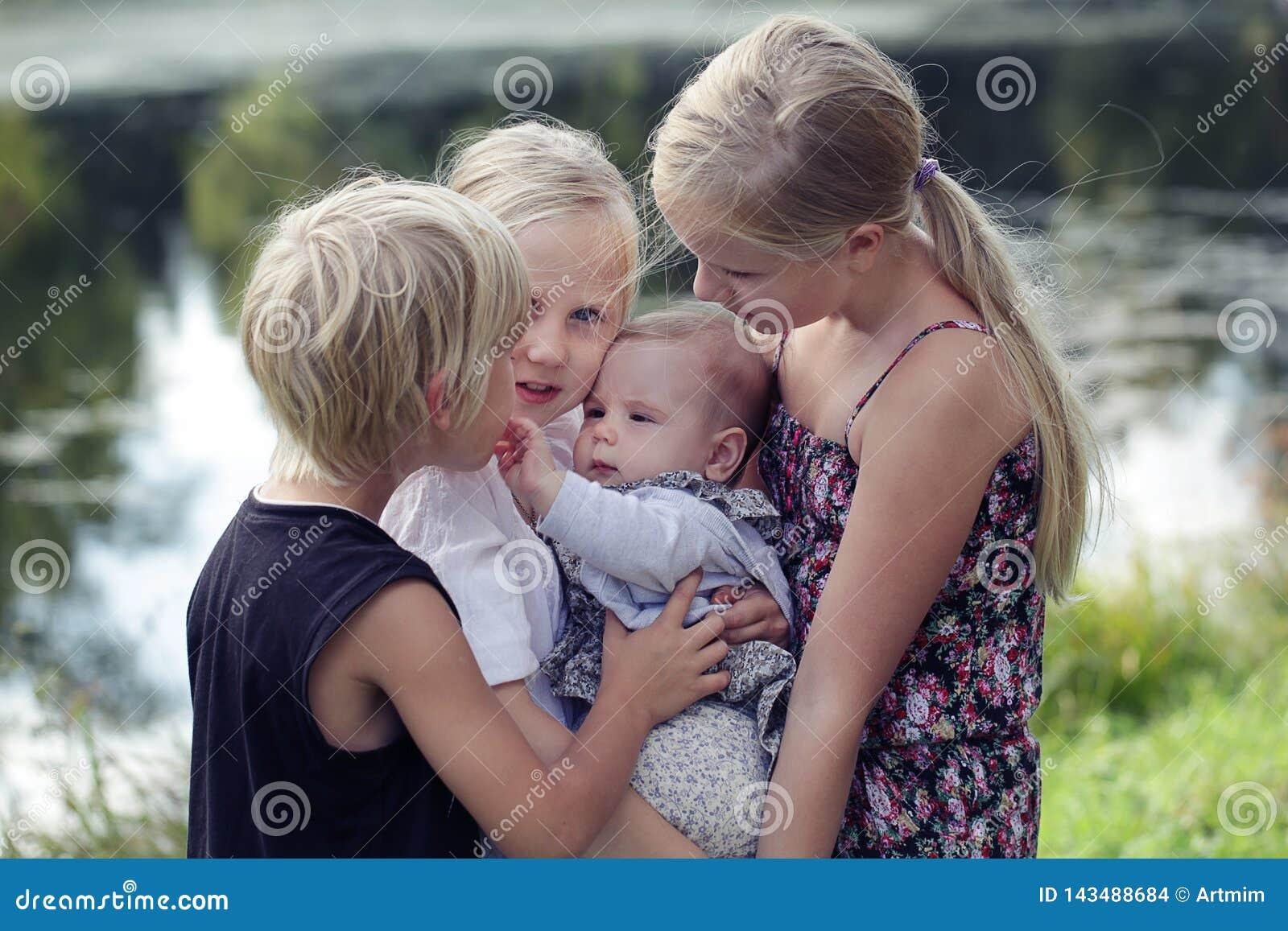 μεγάλη οικογένεια Πορτρέτο των ευτυχών χαριτωμένων μεγάλων και μικρών αδελφών και της ενόχλησης