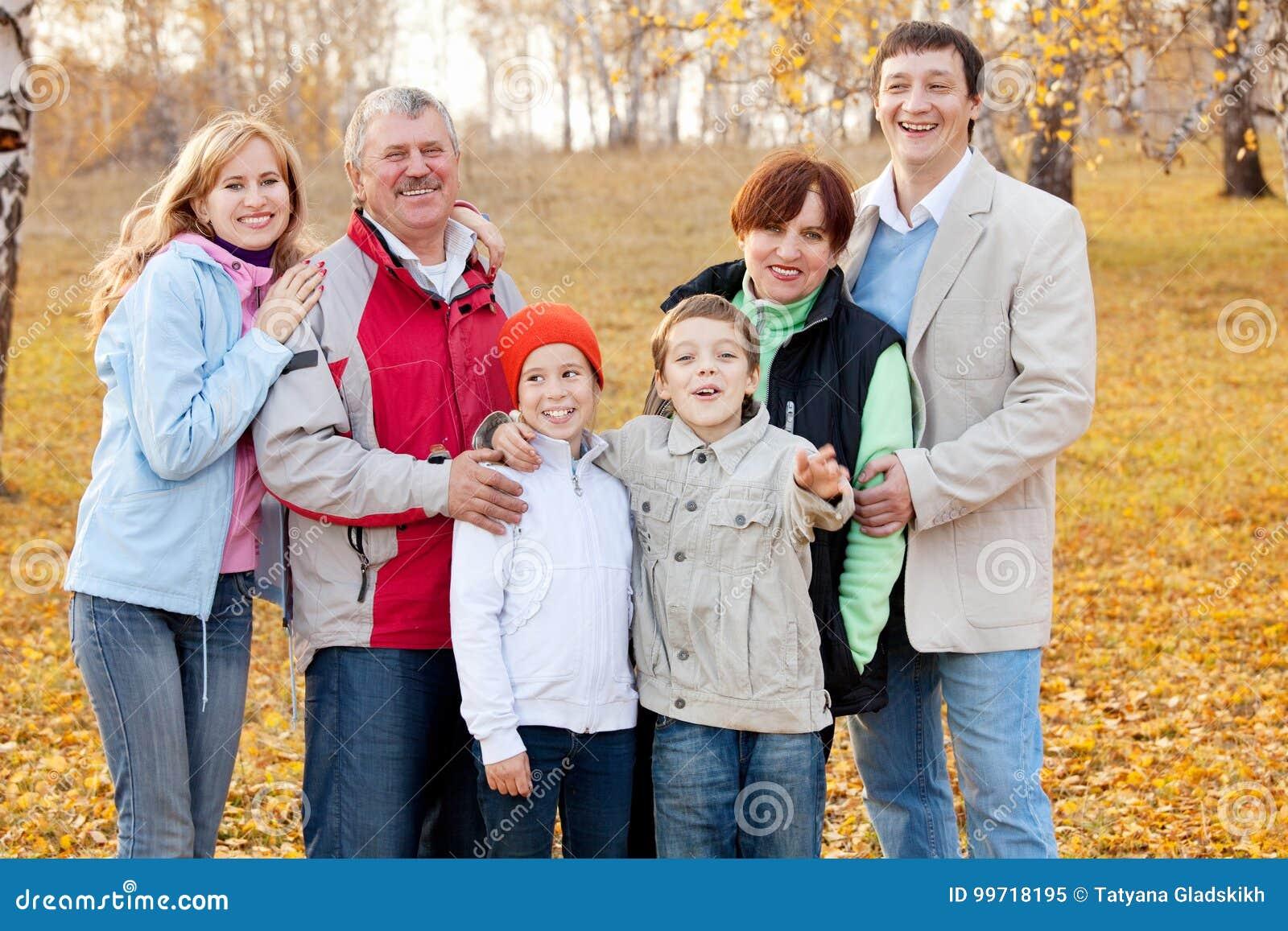 Μεγάλη οικογένεια στο πάρκο φθινοπώρου