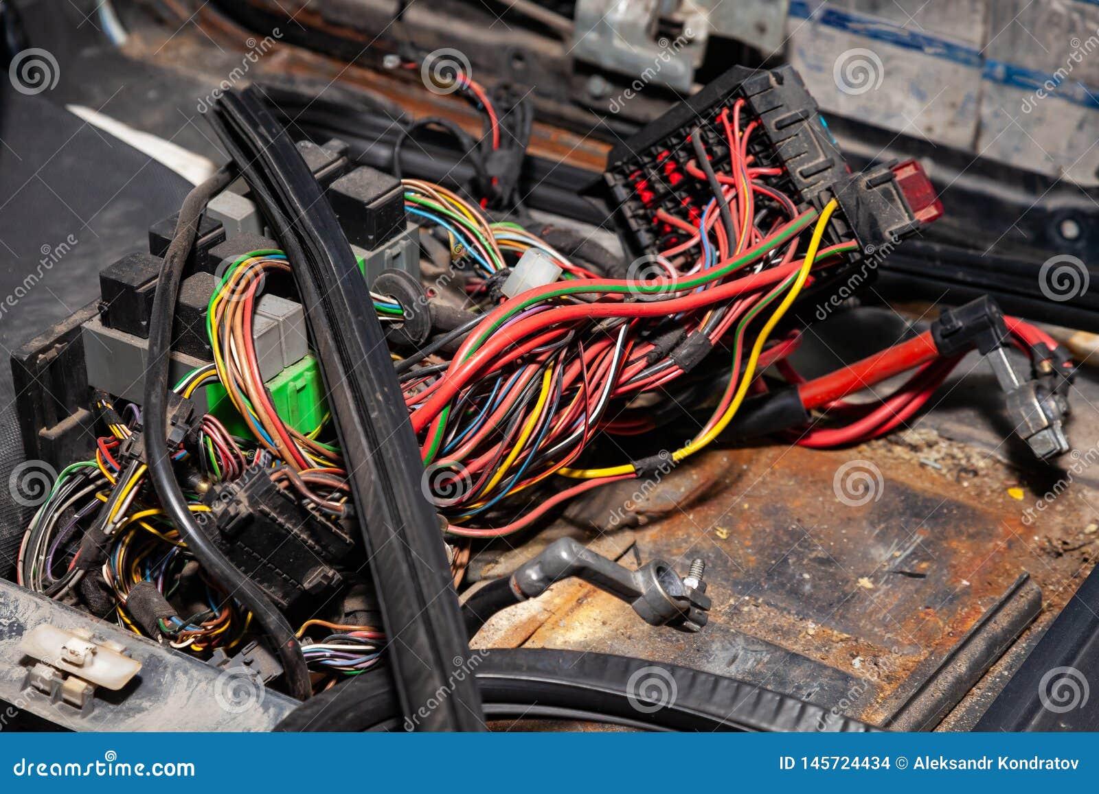Μεγάλο ευρύ καλώδιο με τα πολύχρωμους κόκκινους και πράσινους καλώδια και τους συνδετήρες και τερματικά στο κατάστημα επισκευής κ