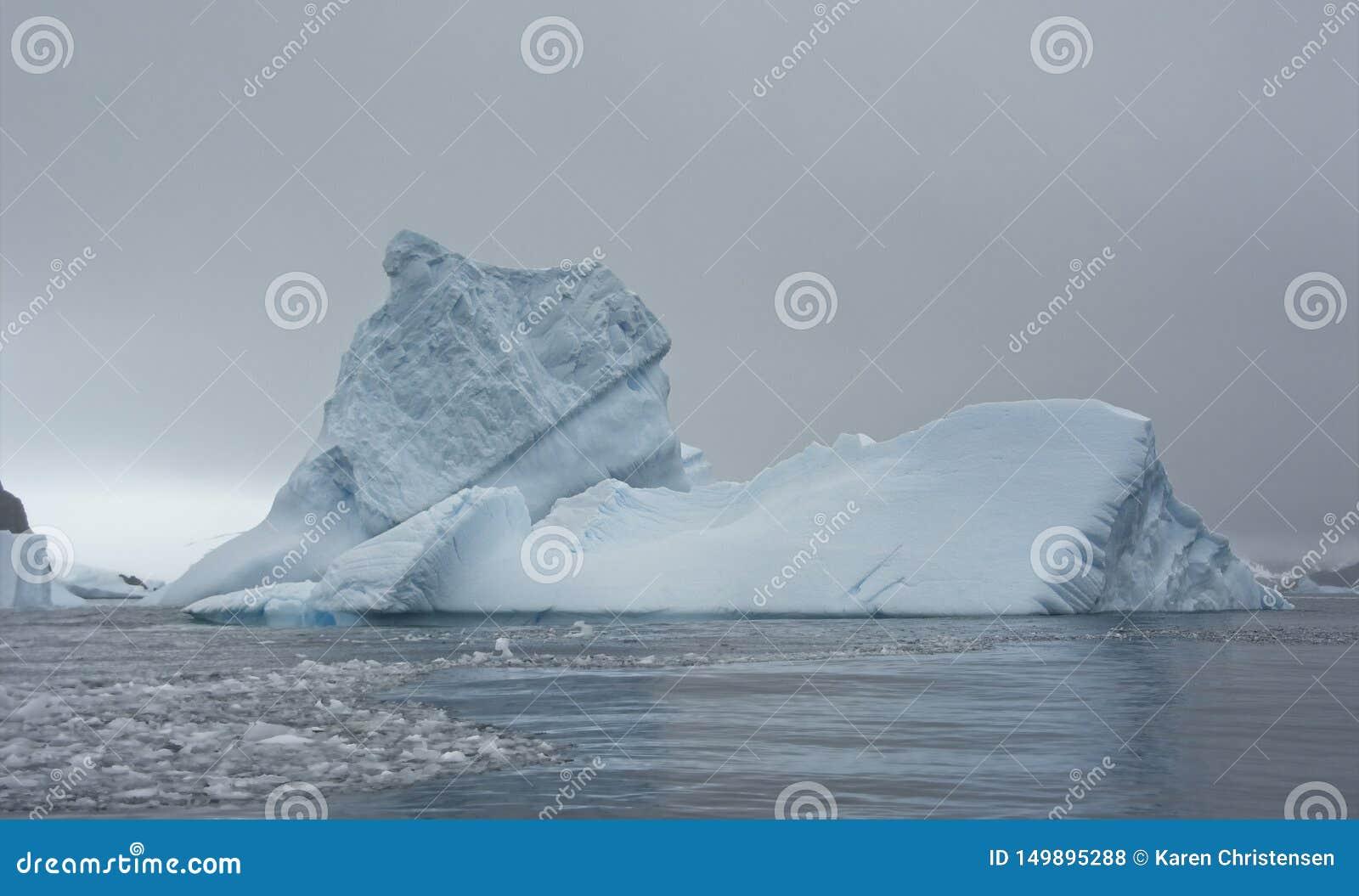 Μεγάλο παγόβουνο στην ανταρκτική θάλασσα
