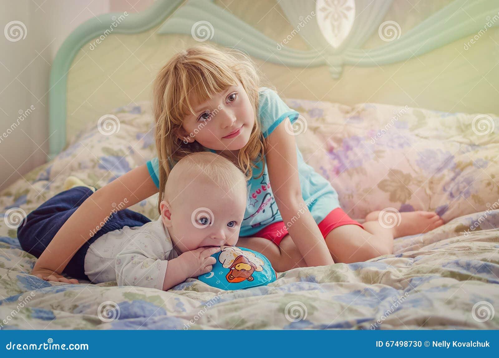 Μεγάλη αδελφή και ο αδελφός μωρών της