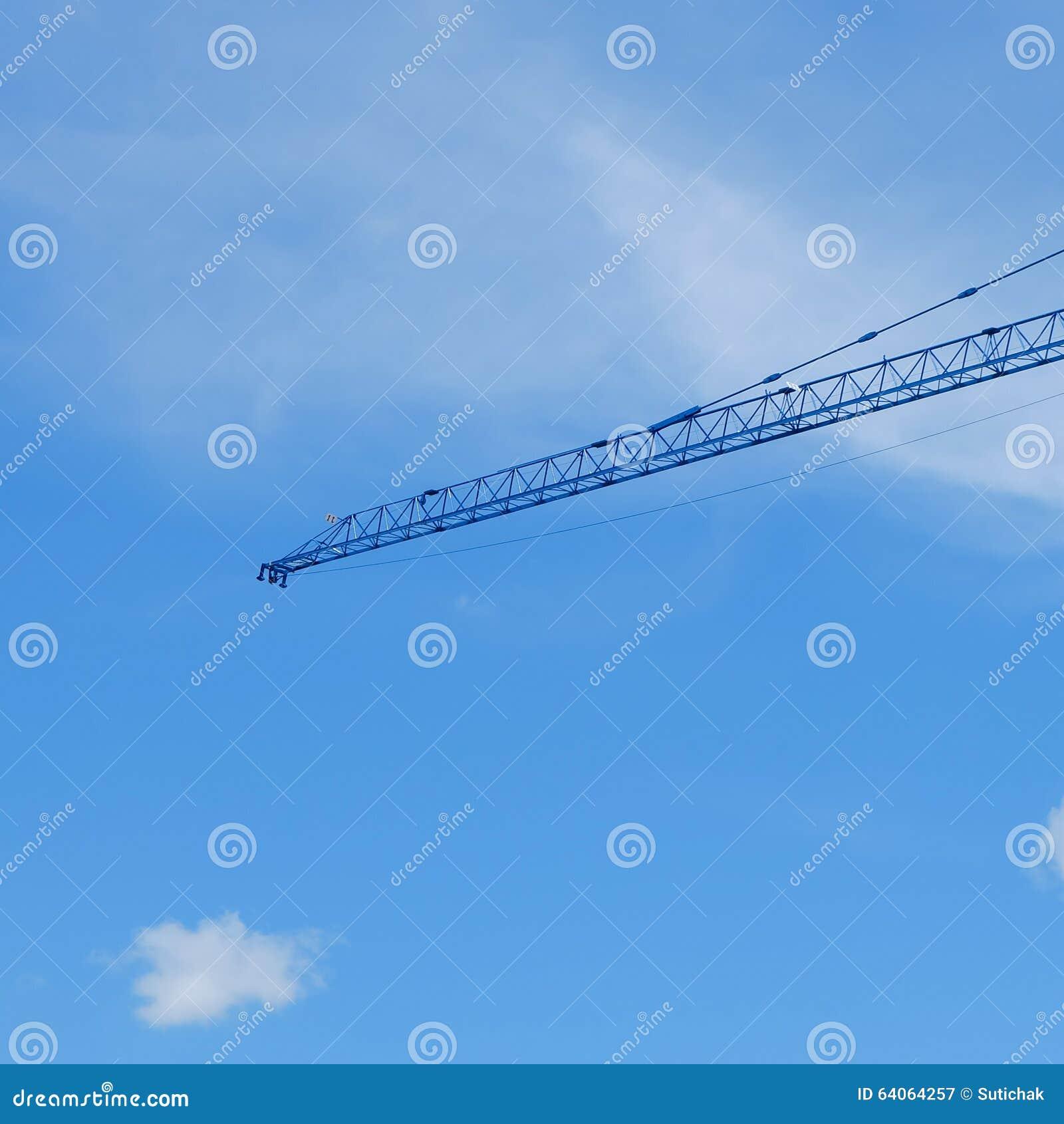 Μεγάλη μηχανή γερανών κατασκευής με το σαφή μπλε ουρανό