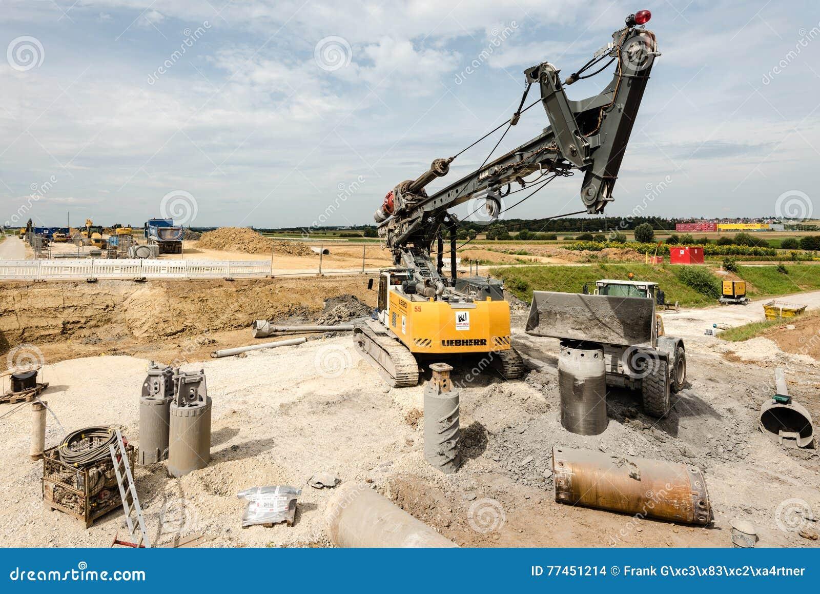 Μεγάλοι περιστροφικοί τρυπάνι και εκσκαφέας στο εργοτάξιο οικοδομής