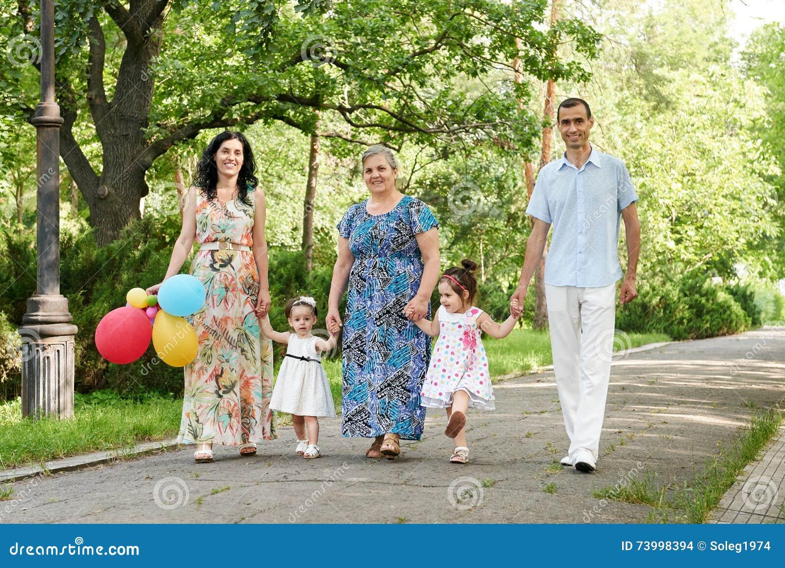 7ad74fb37c6 Μεγάλος οικογενειακός περίπατος στο πάρκο θερινών πόλεων, γονείς με το παιδί  και τη γιαγιά,