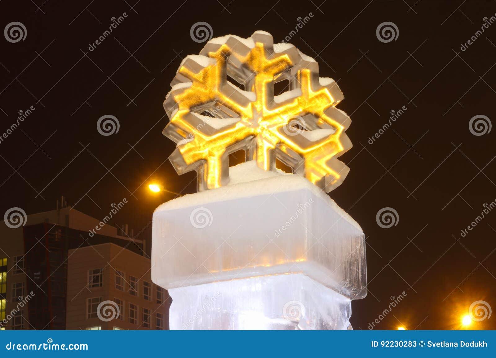 Μεγάλος προκαλούμενος από τον άνθρωπο πάγος στην πόλη στη χειμερινή νύχτα