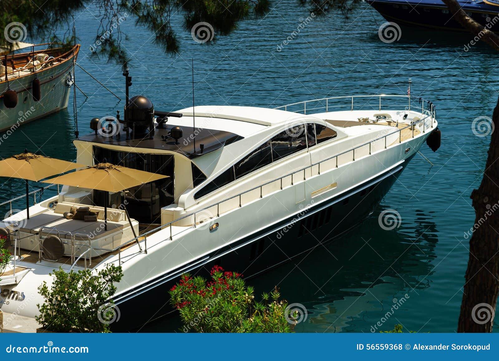 Download Μεγάλο γιοτ στο λιμάνι του Μονακό Στοκ Εικόνες - εικόνα από πλούσιος, θέρετρο: 56559368