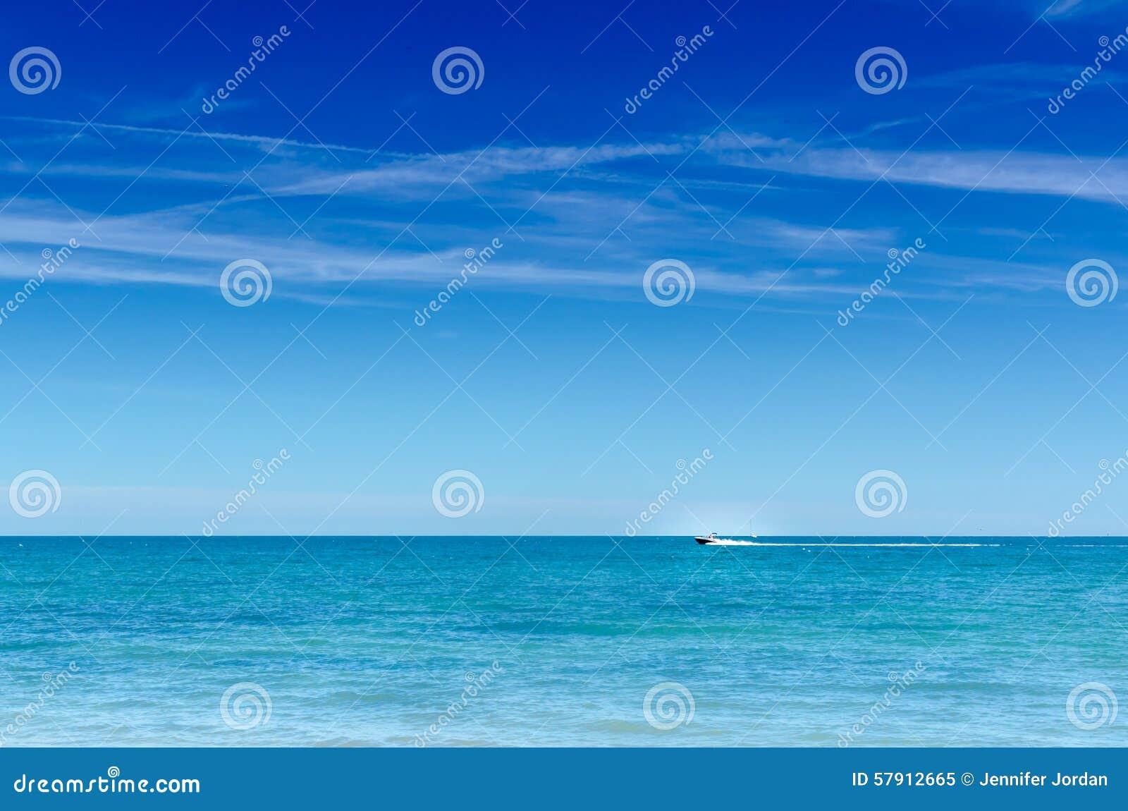 Μεγάλο μπλε ταχύπλοο ωκεανών και ουρανού οριζόντιο