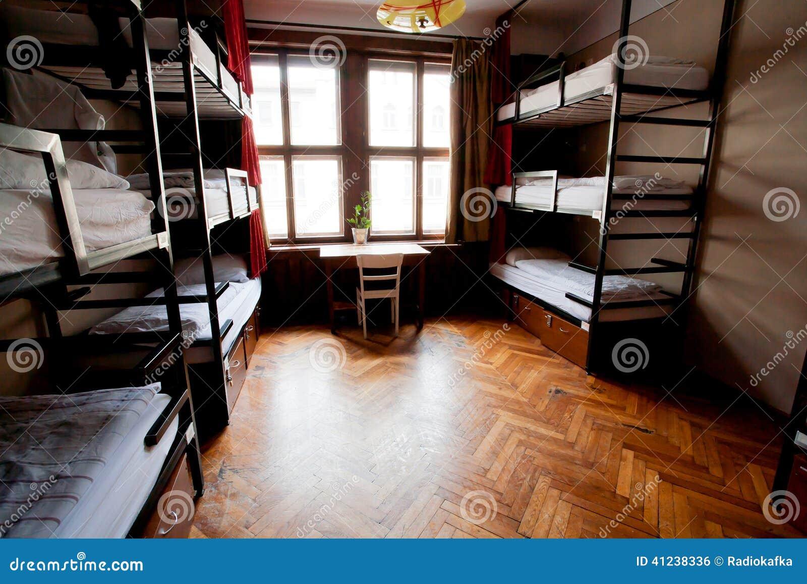 Μεγάλο παράθυρο στο δωμάτιο dorm του ευρωπαϊκού ξενώνα σπουδαστών με τα κρεβάτια επιπέδων