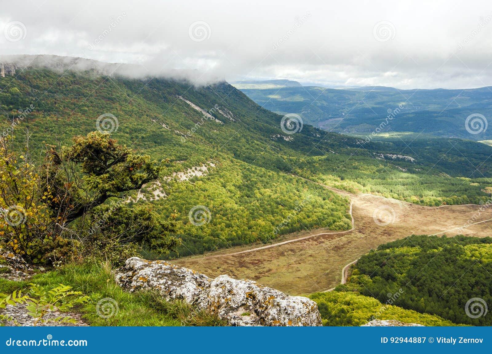 Μεγαλοπρεπής άποψη άνωθεν σχετικά με τα της Κριμαίας βουνά