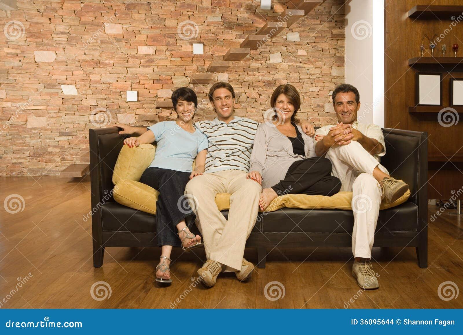 Μεγαλωμένη οικογένεια στον καναπέ